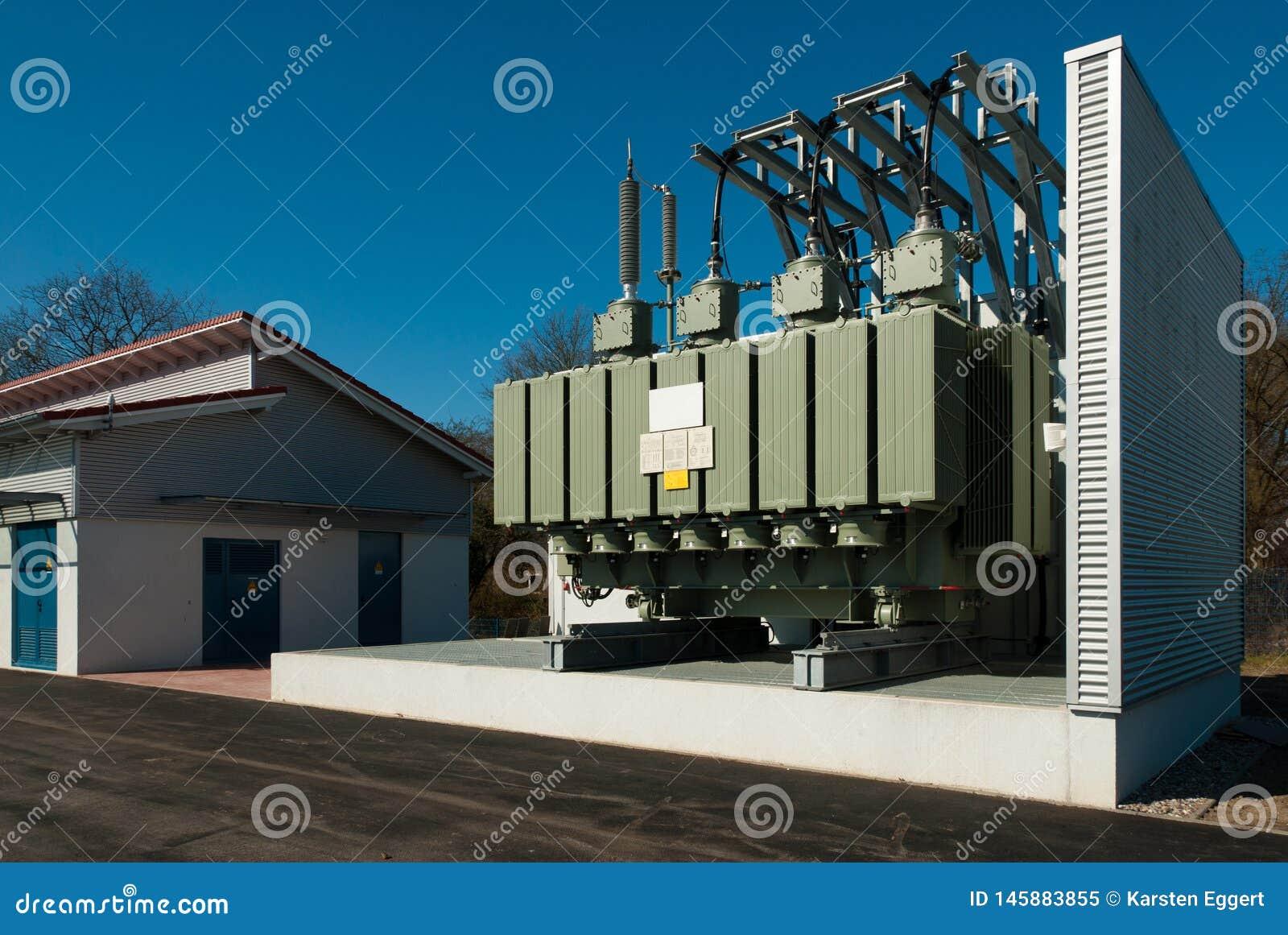 Transformatorstation liefert einen städtischen Bezirk mit Strom