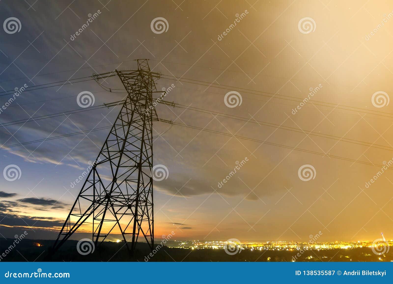 Transmisión y distribución de larga distancia del concepto de la electricidad Torre de alto voltaje con estirar de líneas eléctri