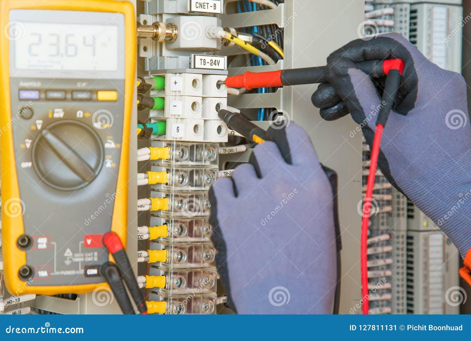 Transmisor eléctrico y del instrumento del sitio del servicio de la temperatura en la plataforma costera del manantial del petról
