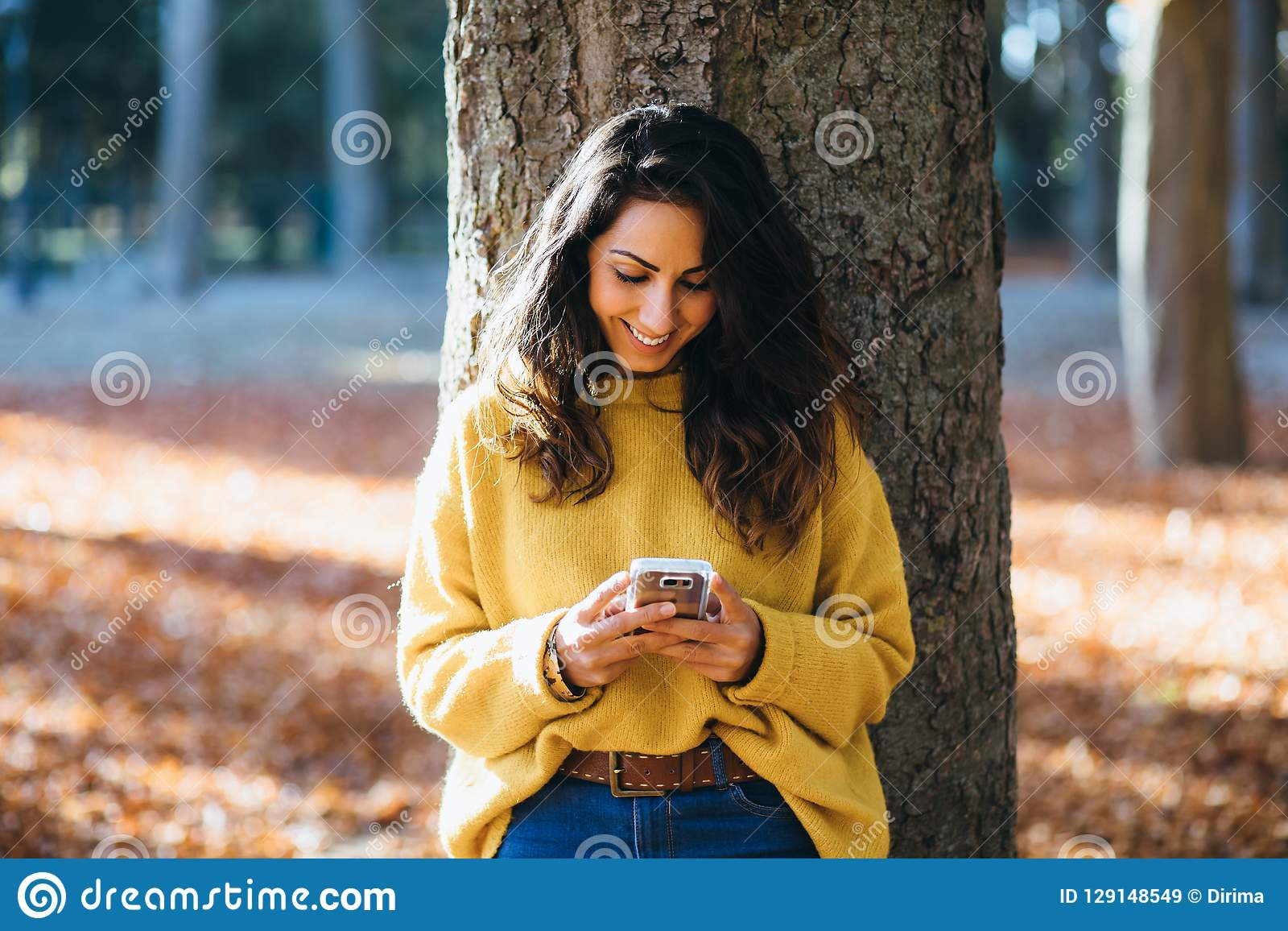 Transmission de messages occasionnelle de femme sur le smartphone en automne