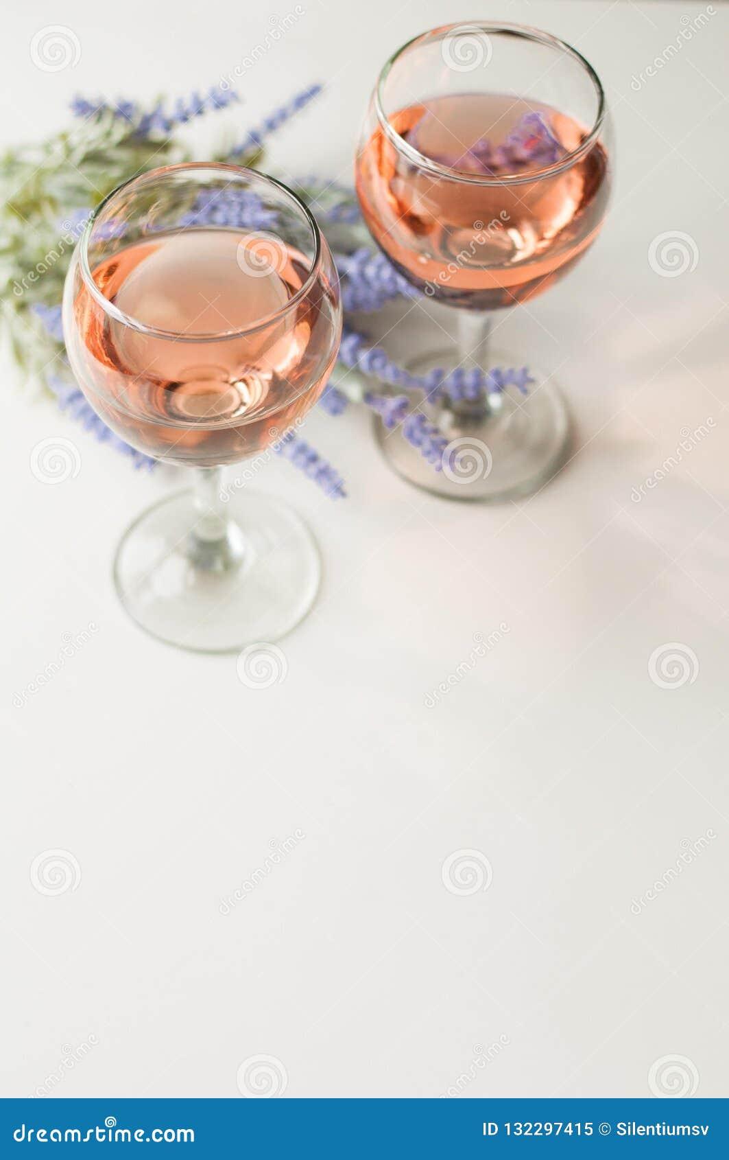 Transparant glas wijn Roze Wijn Feestelijke stemming Alcohol voor een groep vrienden Heerlijke drank Lichte achtergrond Edele dra