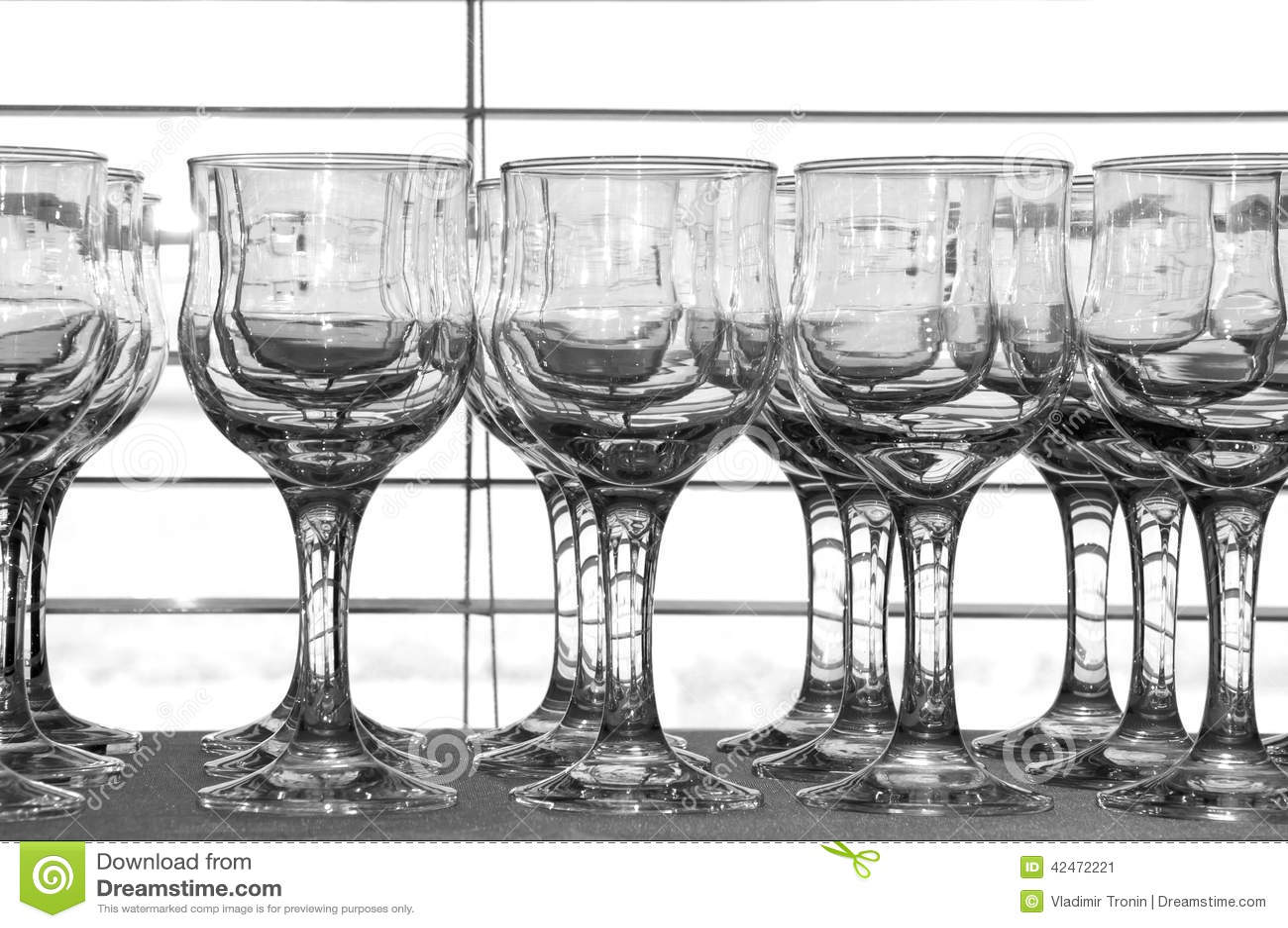 Transparente Gläser auf dem Hintergrund von Vorhängen