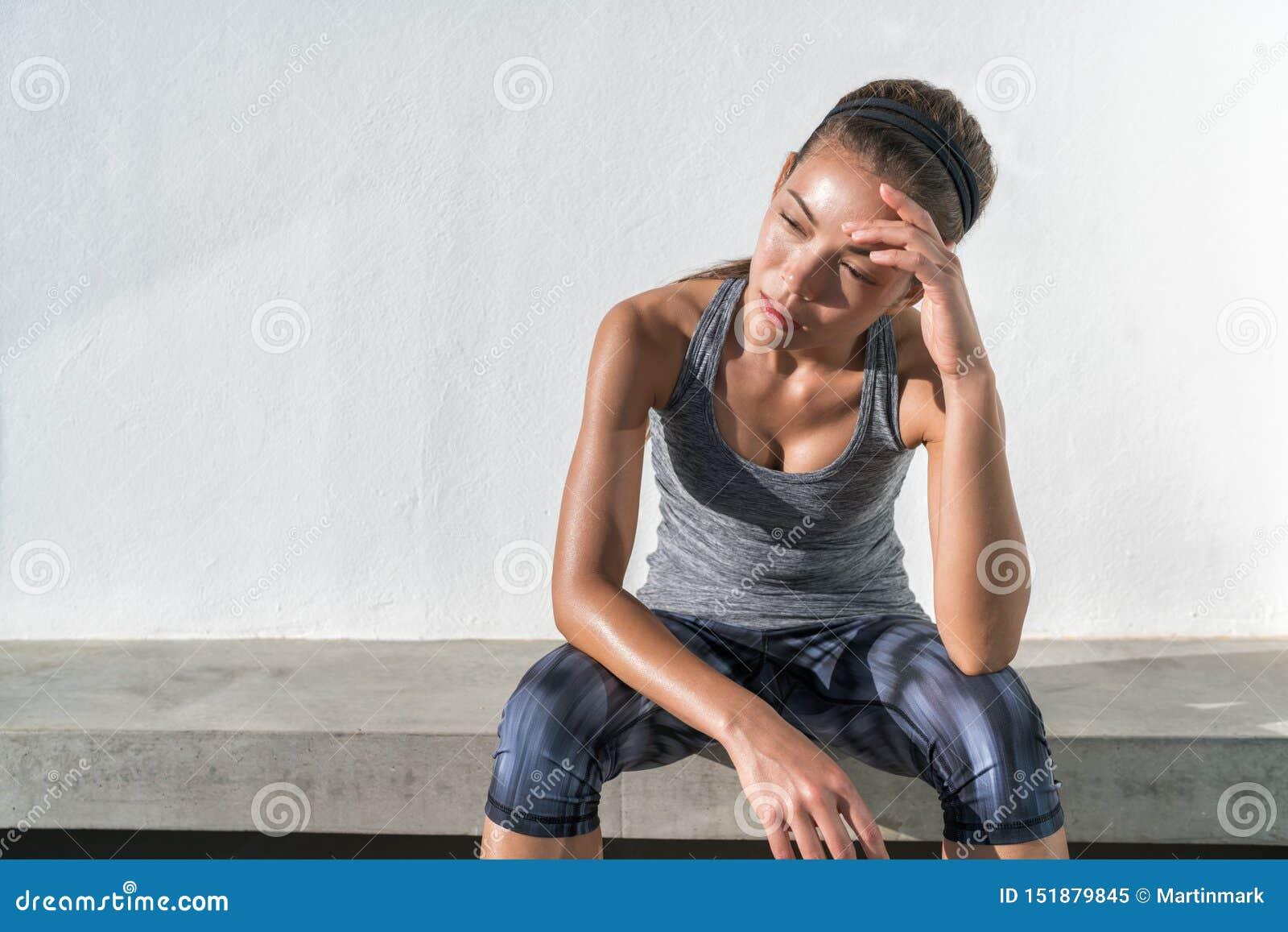 Transpiration fatiguée de femme de fonctionnement de forme physique épuisée