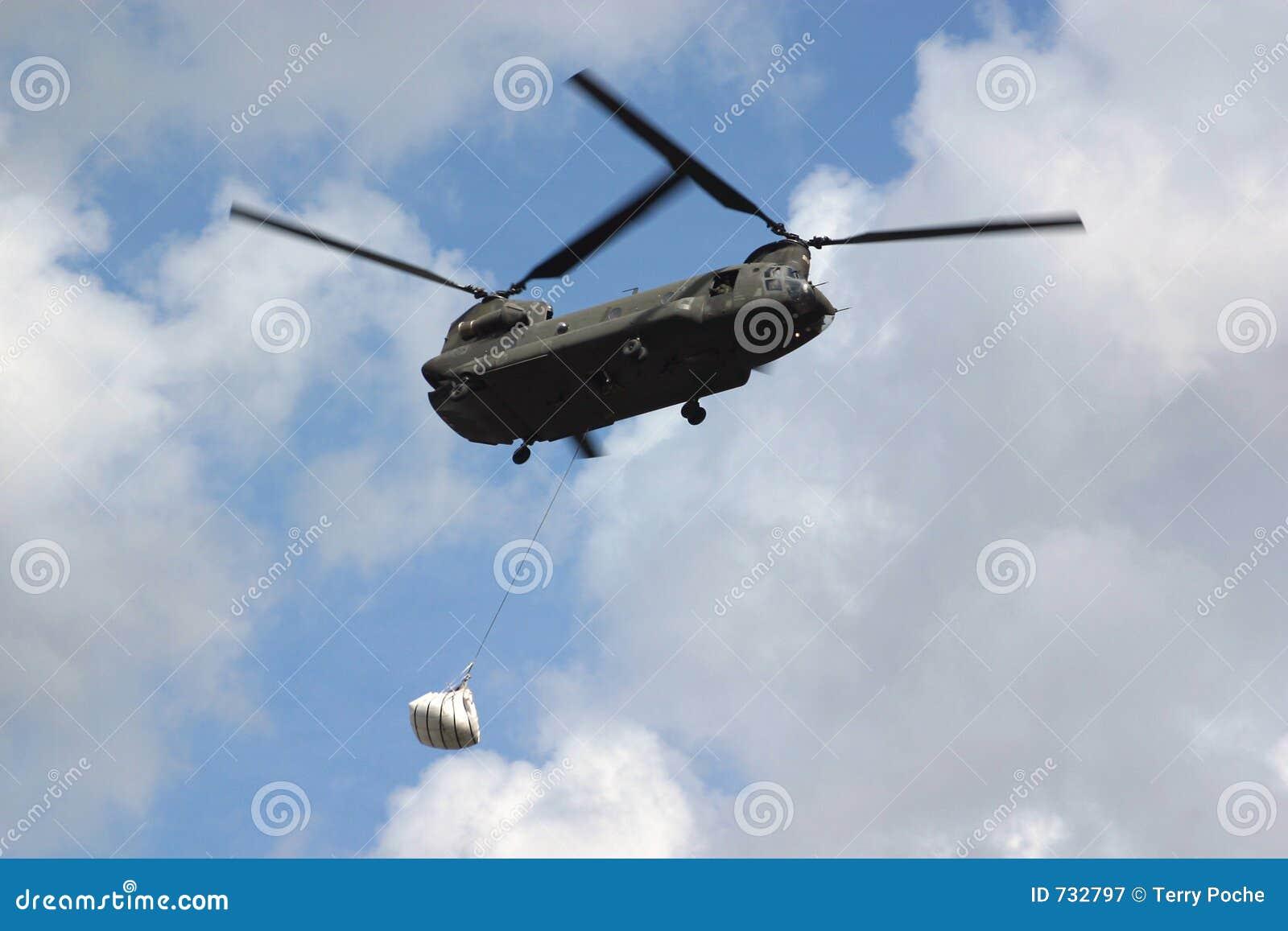 Transport aérien de sac de sable