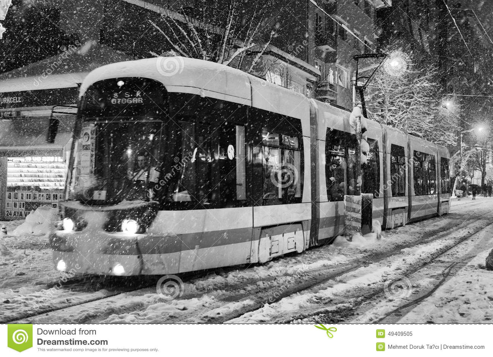Download Transport Im Verschneiten Winter Redaktionelles Bild - Bild von bewegung, nave: 49409505