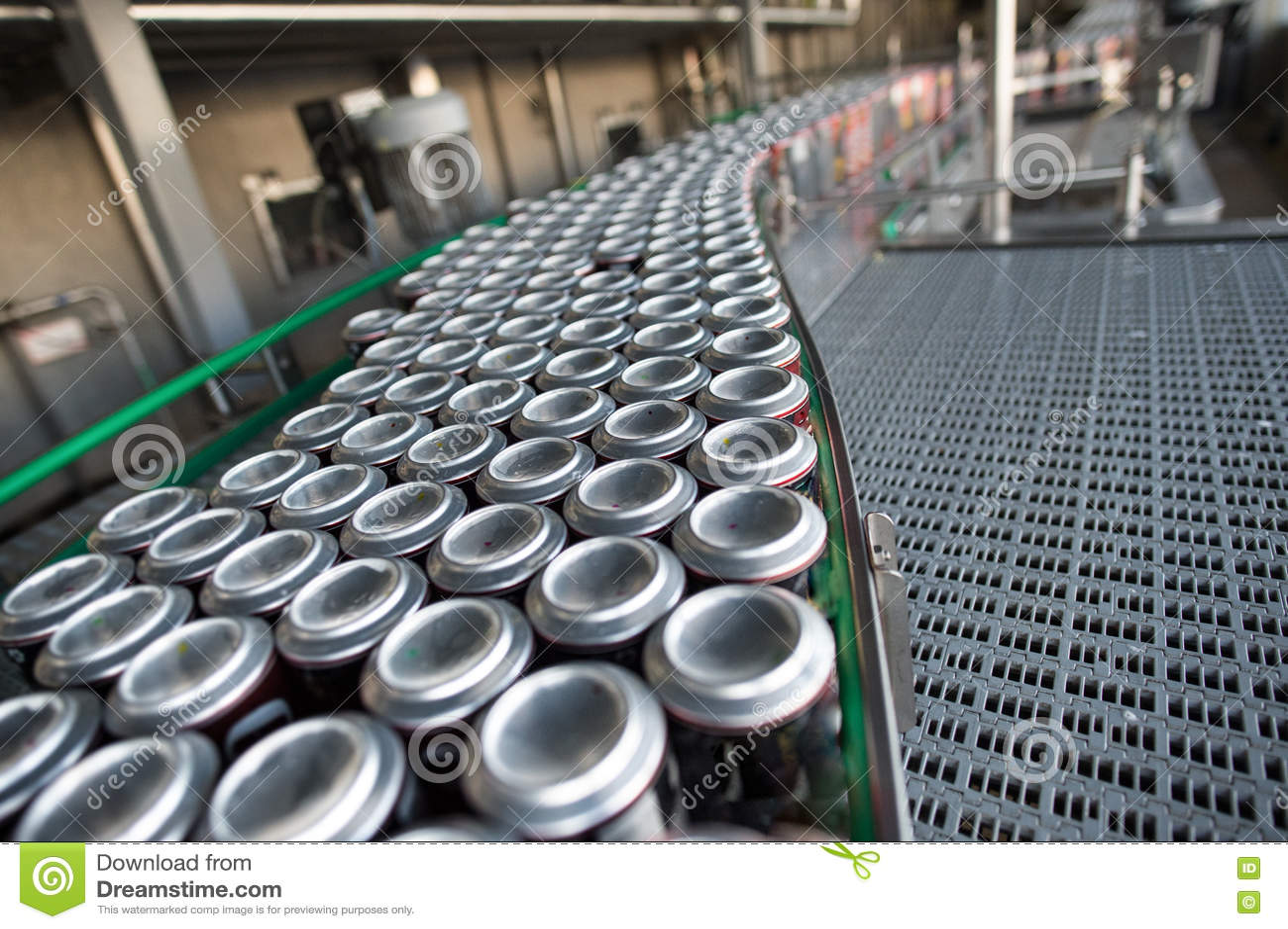Transportador con las bebidas en latas