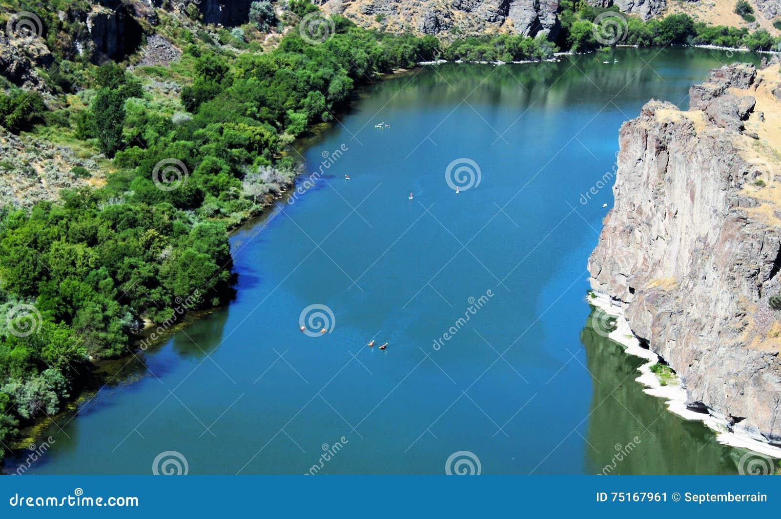 Transportar los barcos en balsa en el río Snake en Idaho