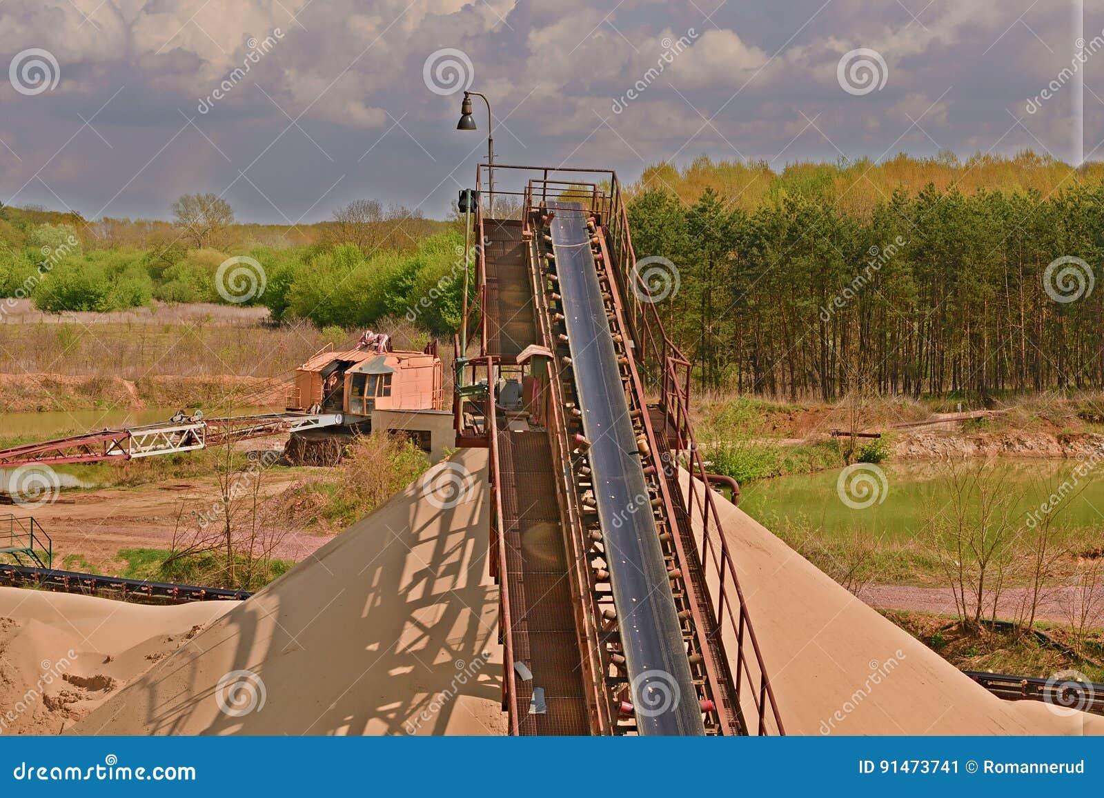 Transportband och sandhögar Konstruktionsbransch Sandvillebråd, tungt maskineri för bildfoto för kustlinje grön horisontalför sar