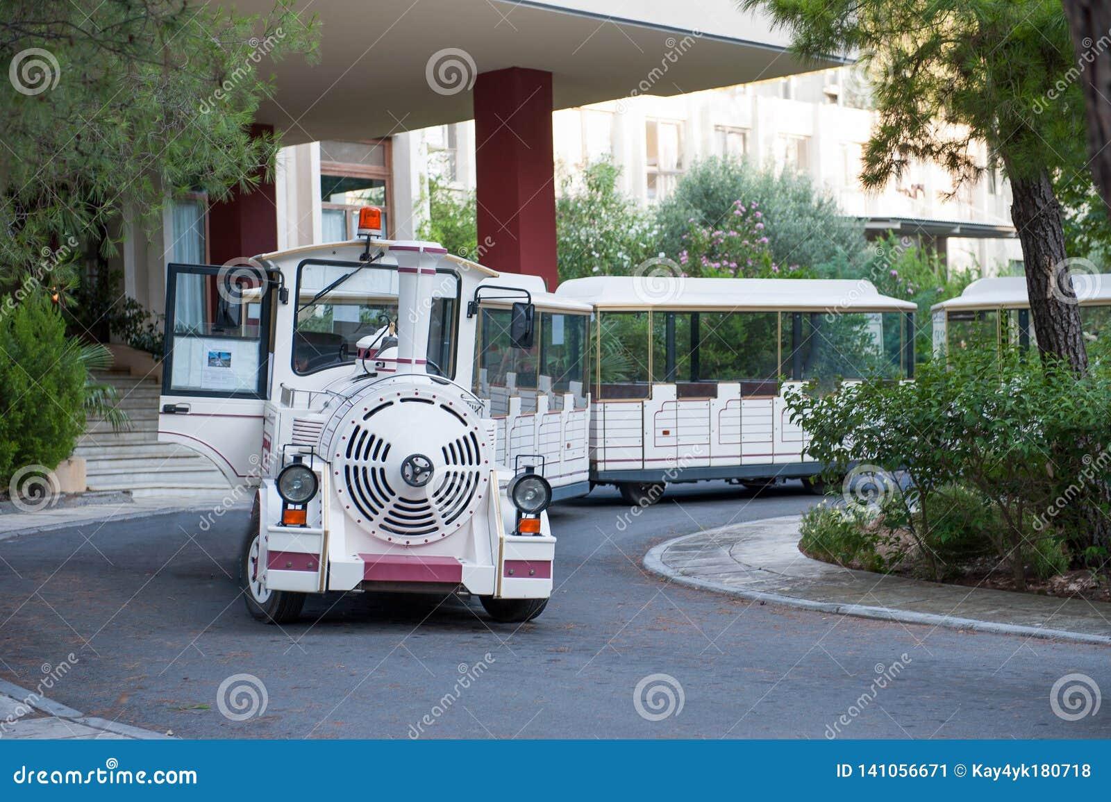 Transporte branco do turista sob a forma de um trem do brinquedo Transporte do divertimento