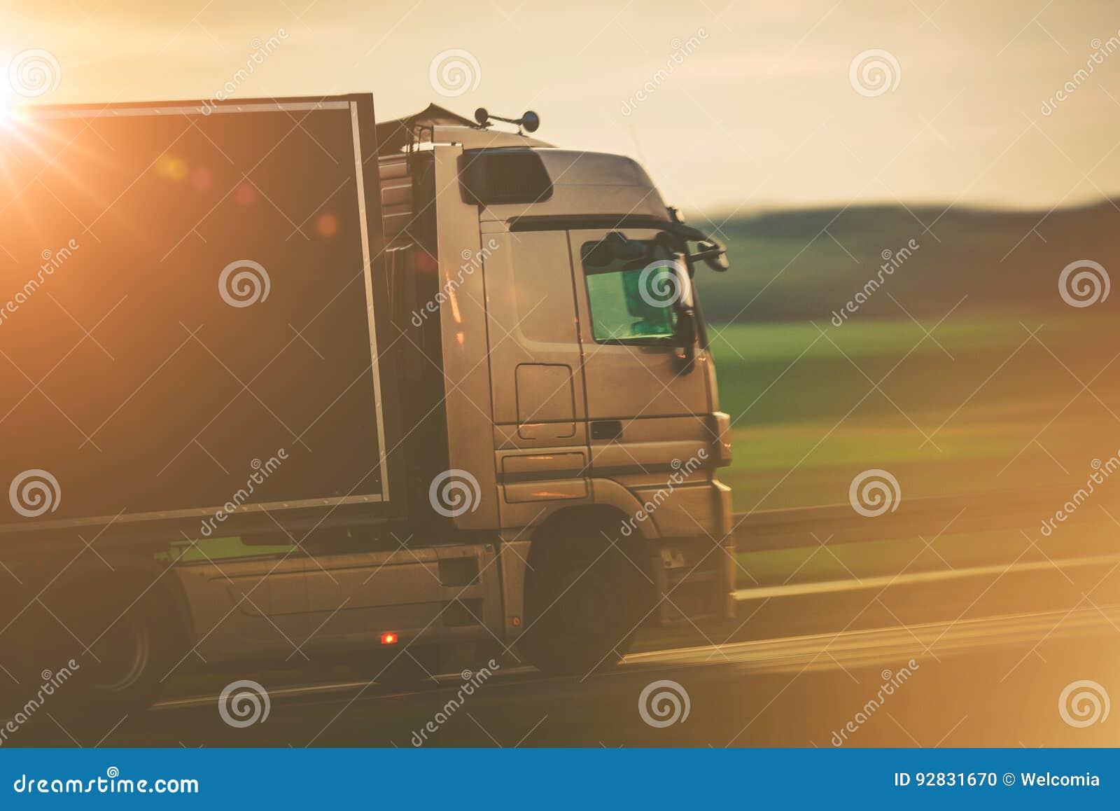 Transporte da estrada pelo caminhão