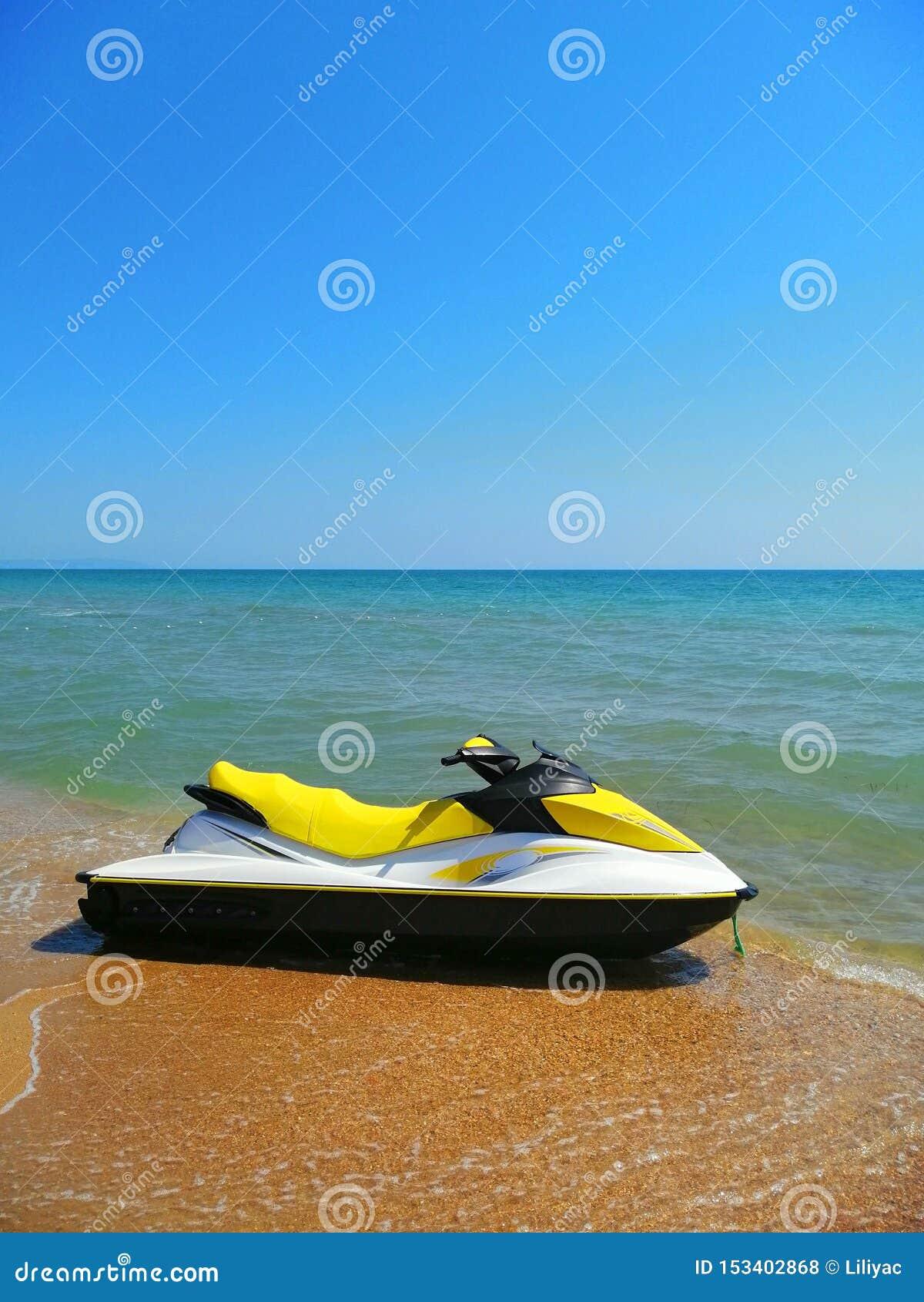 Transporte de la playa catamarán del agua en la arena