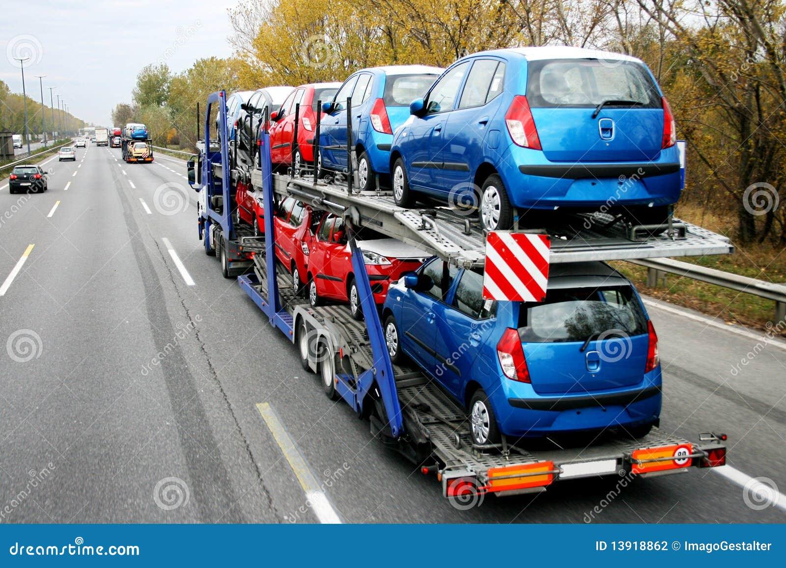 Transporte do carro carros na estrada fotografia de - Carro de transporte ...