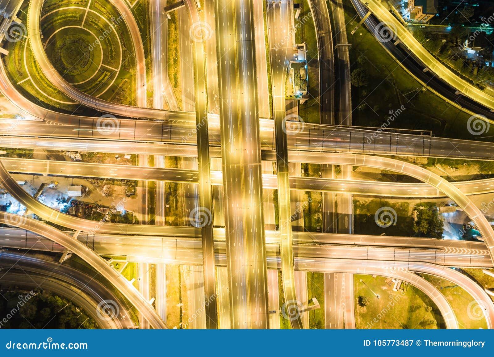 Transporte do movimento da autoestrada do tráfego da noite da vista aérea