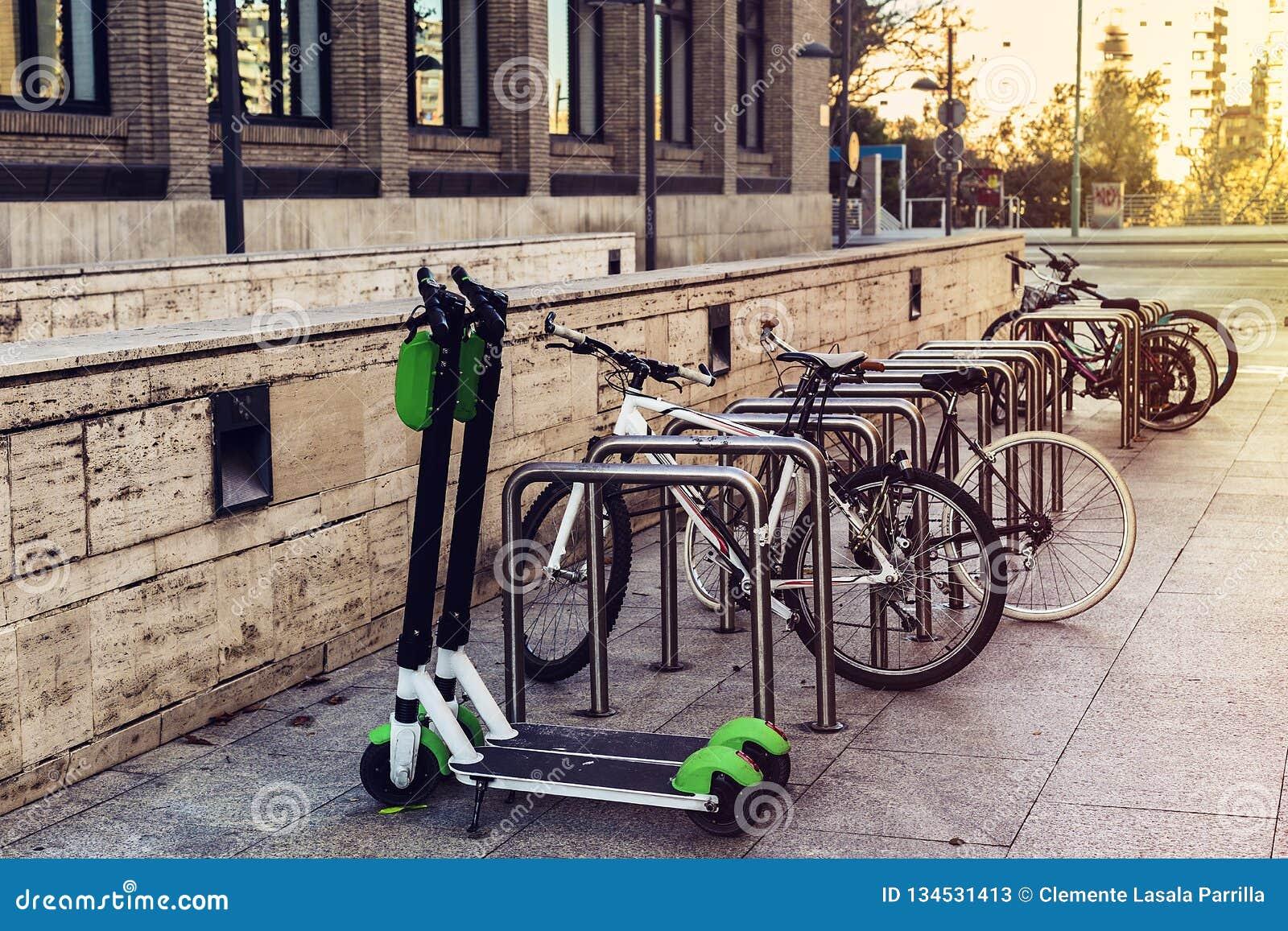 Transporte ecológico e pessoal na cidade Bicicleta e  trotinette  elétrico