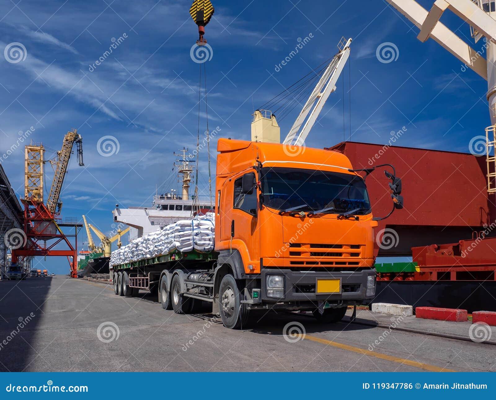 Transporte o açúcar do dilivery nos sacos para carregar a bordo