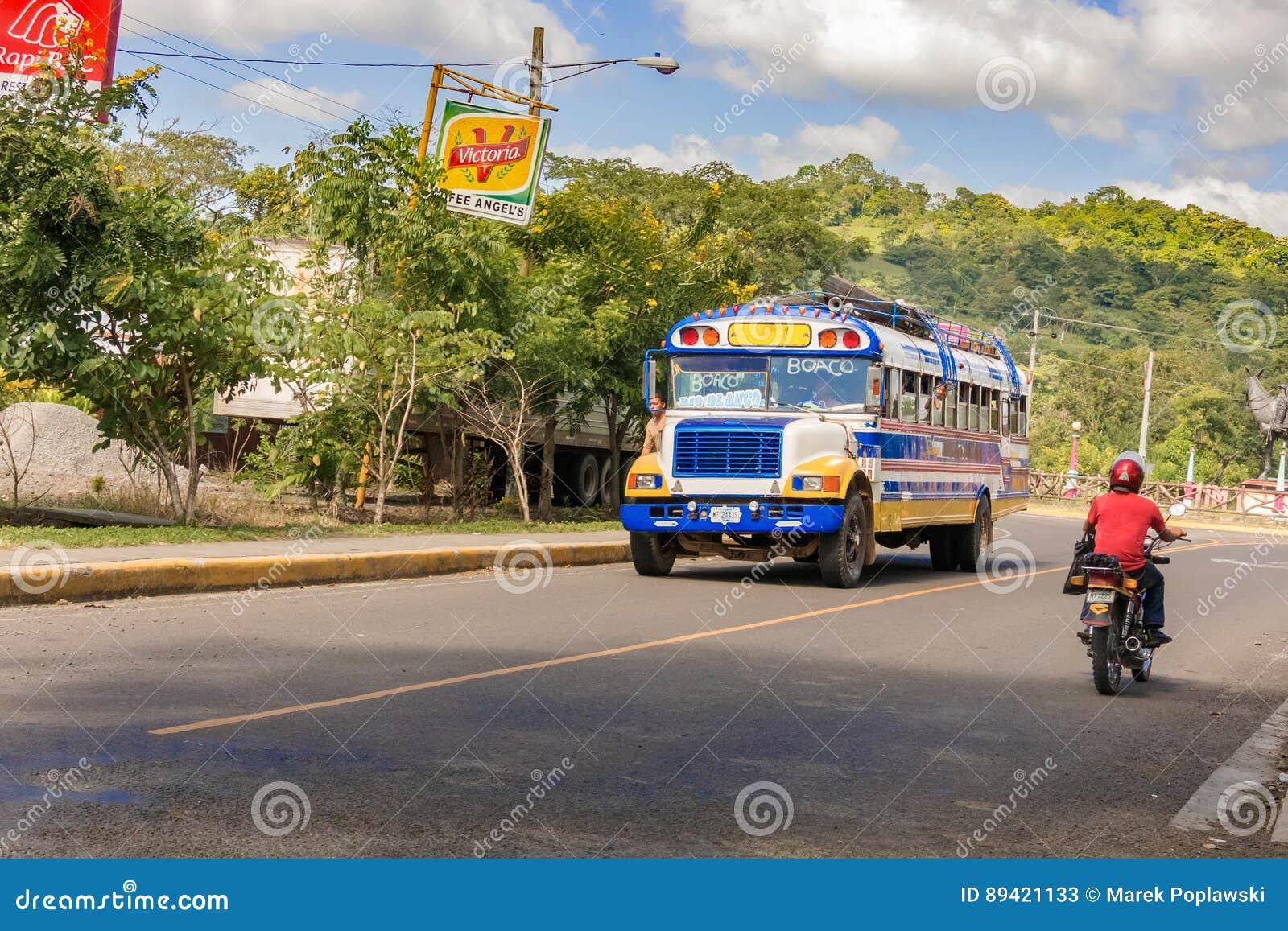 Transporte o corredor na estrada em Boaco, Nicarágua