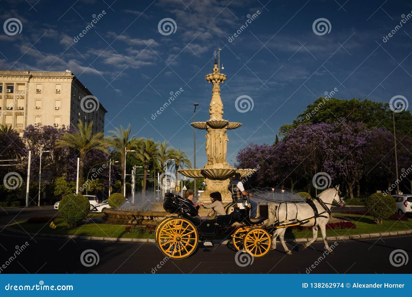 Transporte puxado por cavalos de Andalucia da Espanha no tráfego de Sevilha