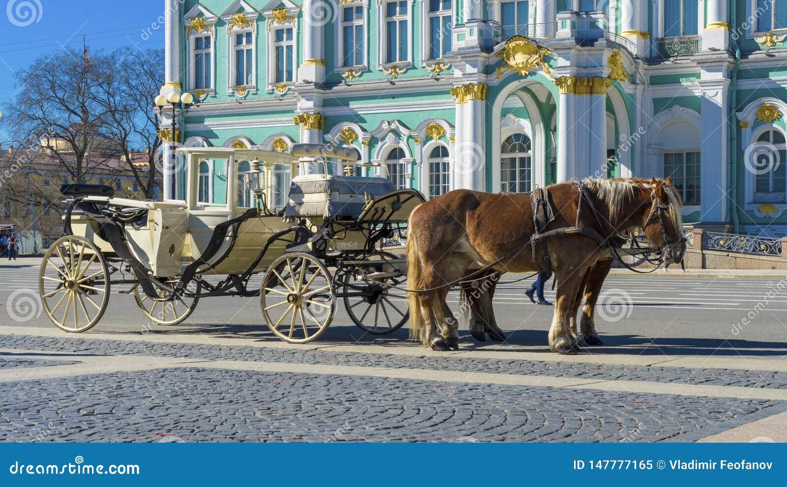 Transporte retro velho na frente do museu de eremit?rio do pal?cio do inverno no quadrado do pal?cio em St Petersburg, R?ssia Vel