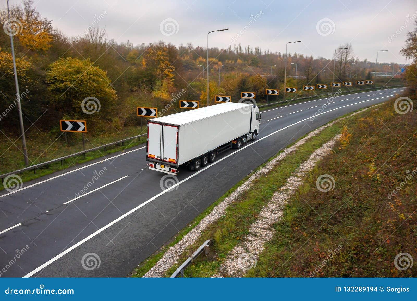 Transporte rodoviário Caminhão articulado na estrada