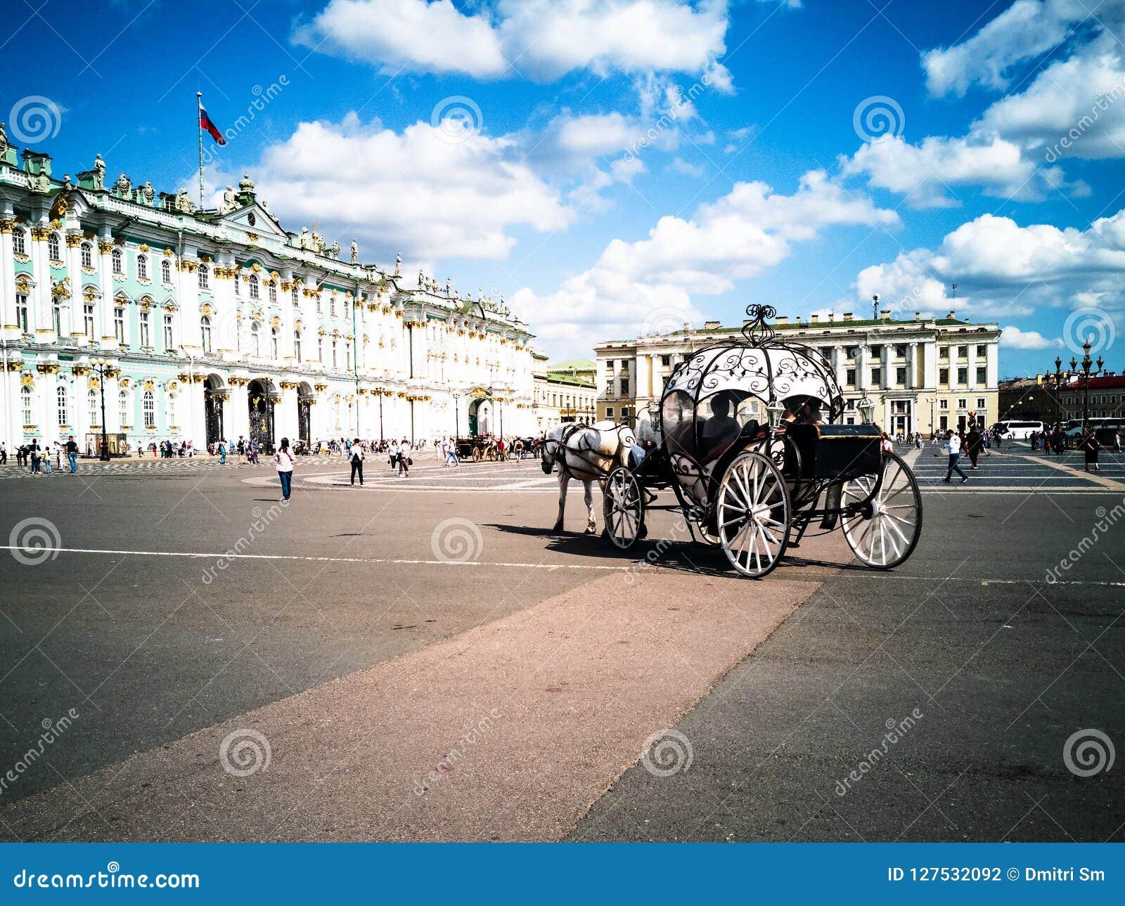 Transportes puxados por cavalos, quadrado do palácio