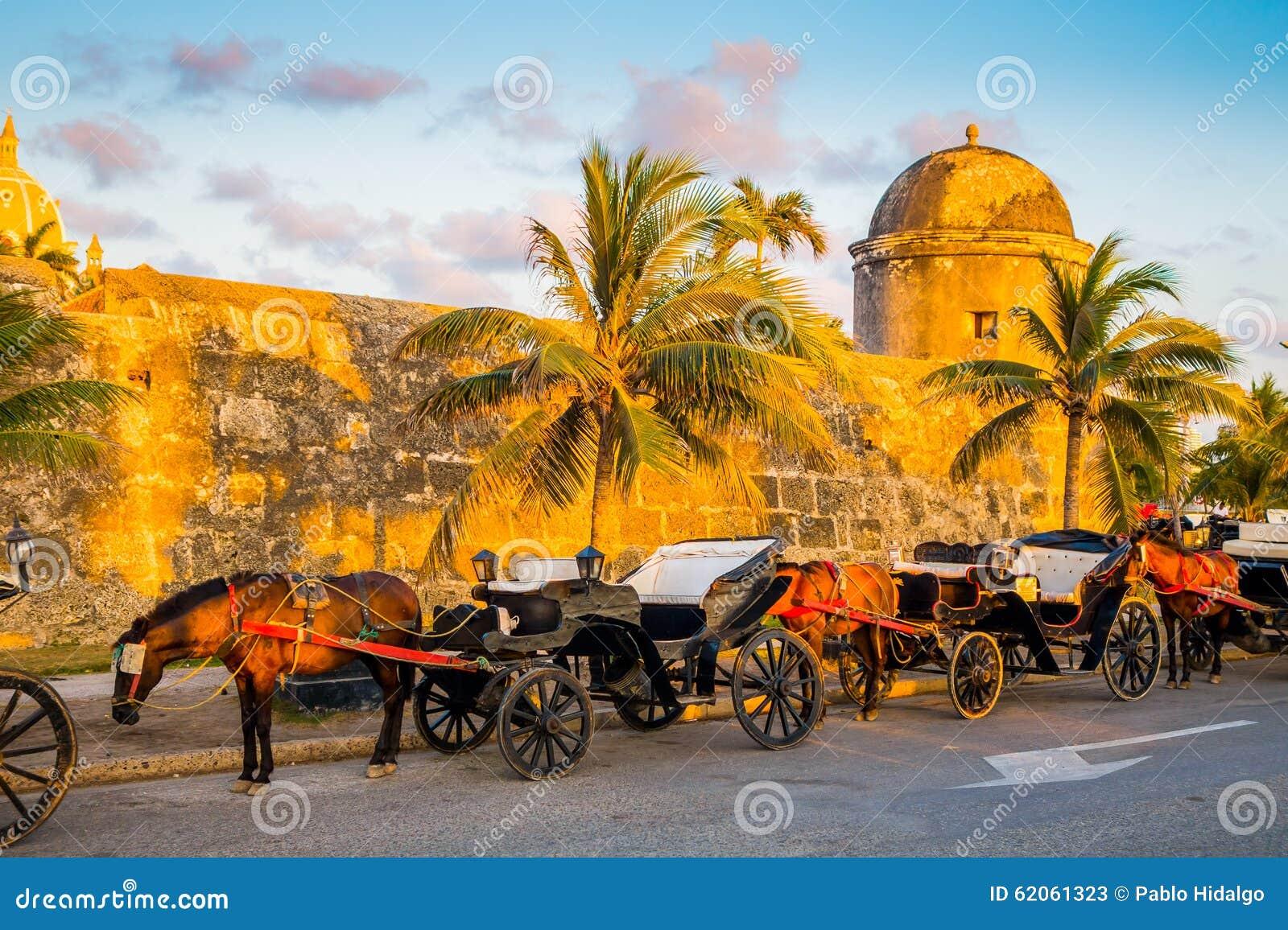 Transportes turísticos puxados a cavalo na cidade colonial espanhola histórica de Cartagena de Índia, Colômbia