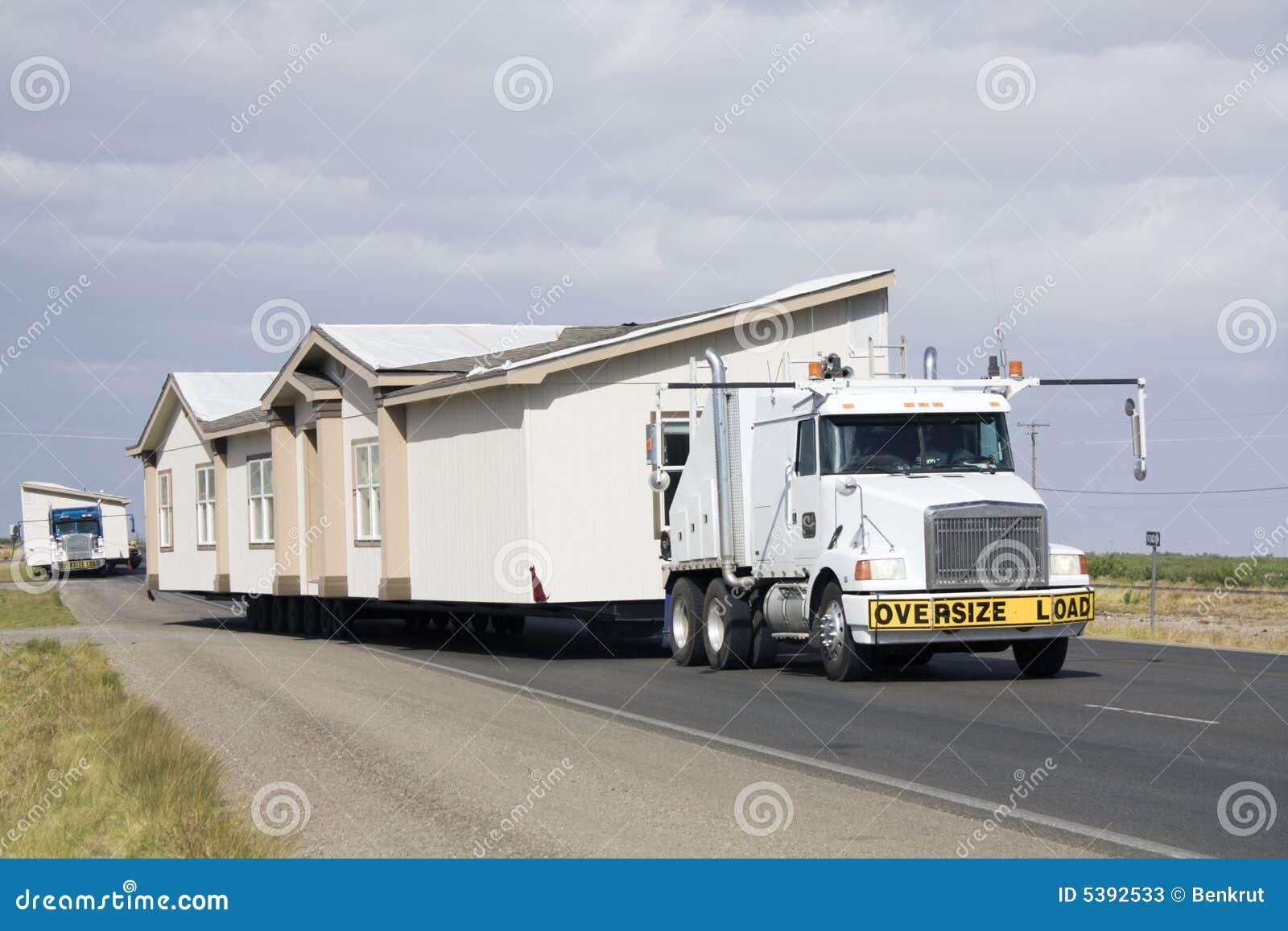 Kühlschrank Auto Transportieren : Transportieren der beweglichen häuser stockbild bild von transport