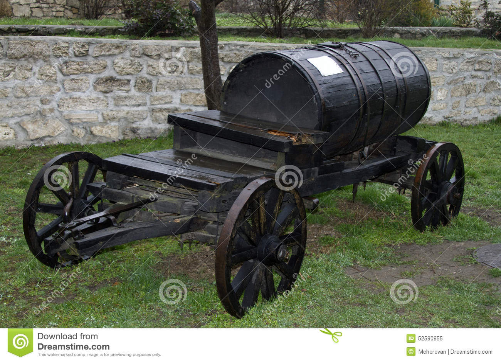 Transportiert schwarzer Fasslastwagen der Weinlese Wasser