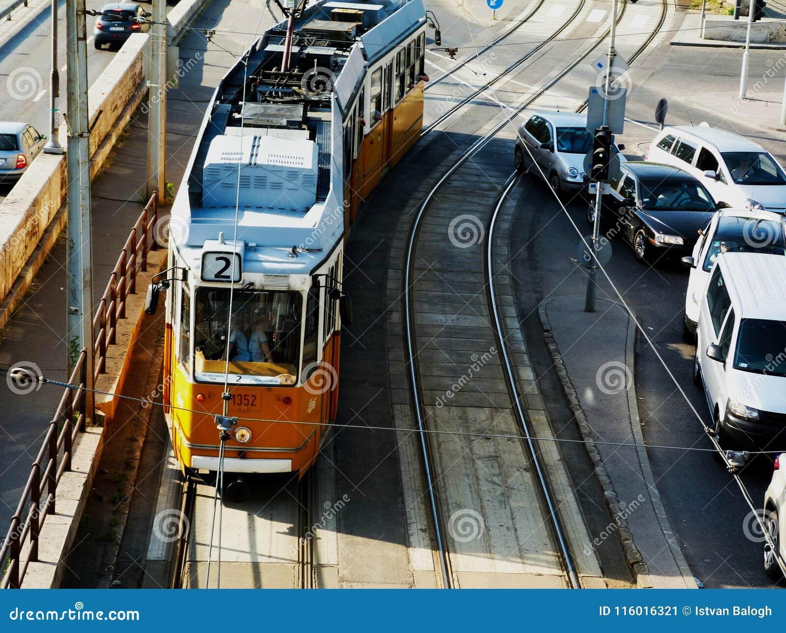 Tranvía amarilla en Budapest, vista desde arriba