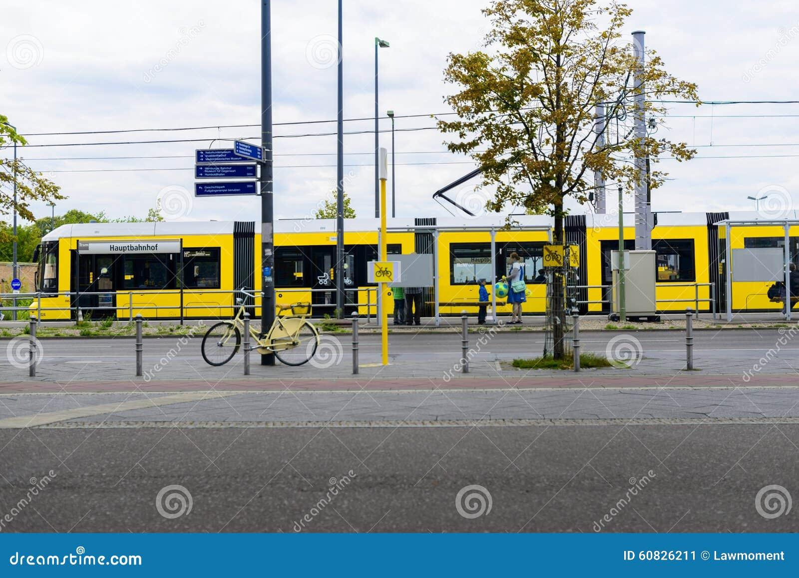 Tranvía amarilla fuera de la estación de Berlin Central