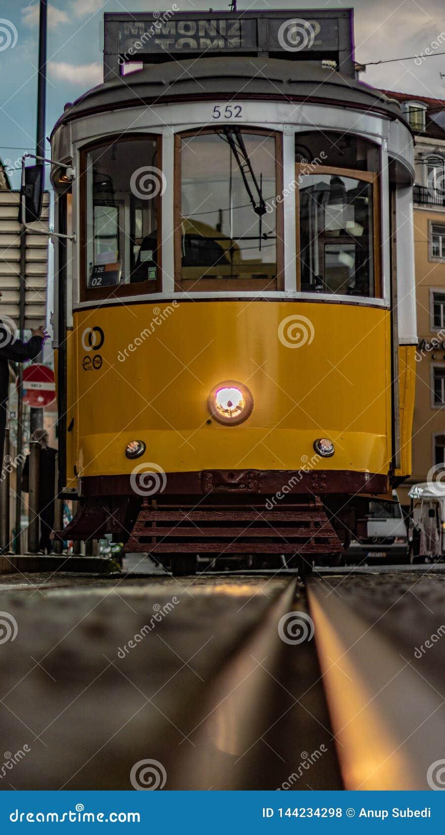 Tranvía de Lisboa en el tiro anguloso bajo admitido Lisboa de Praça Martim Moniz con las pistas de la tranvía del hockey shinny