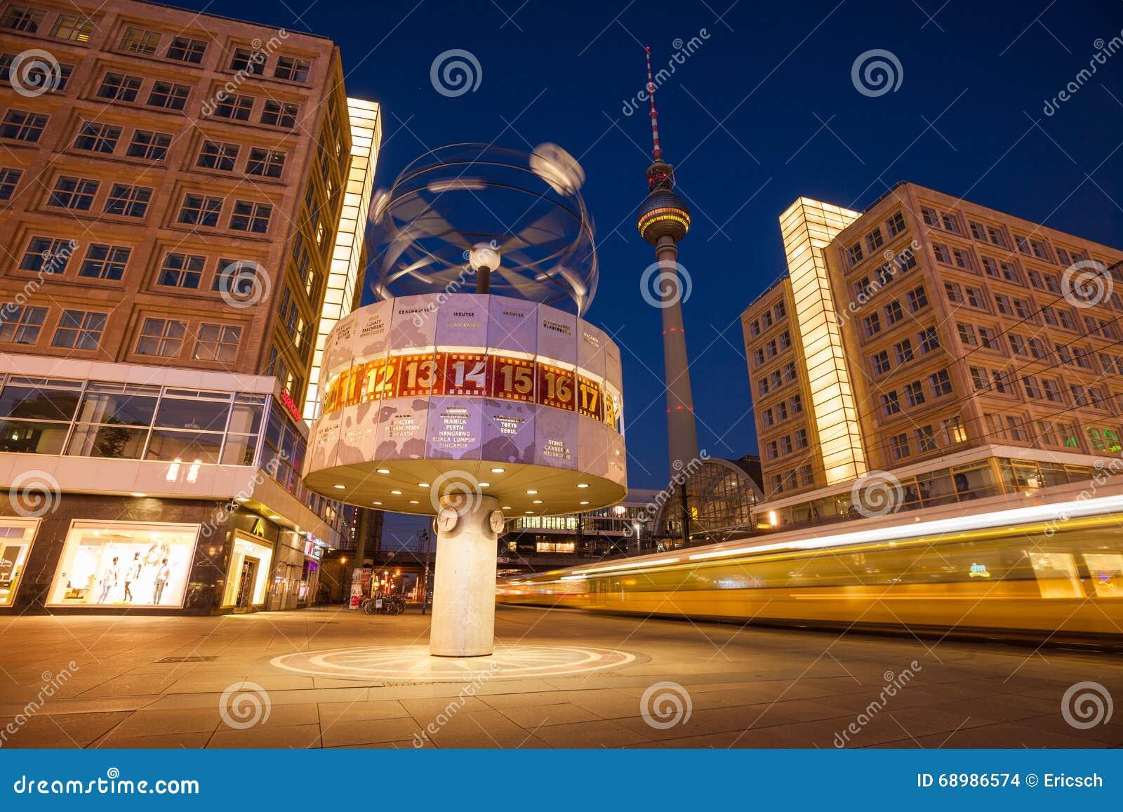 Tranvía que apresura en Berlin Alexanderplatz y el reloj mundial