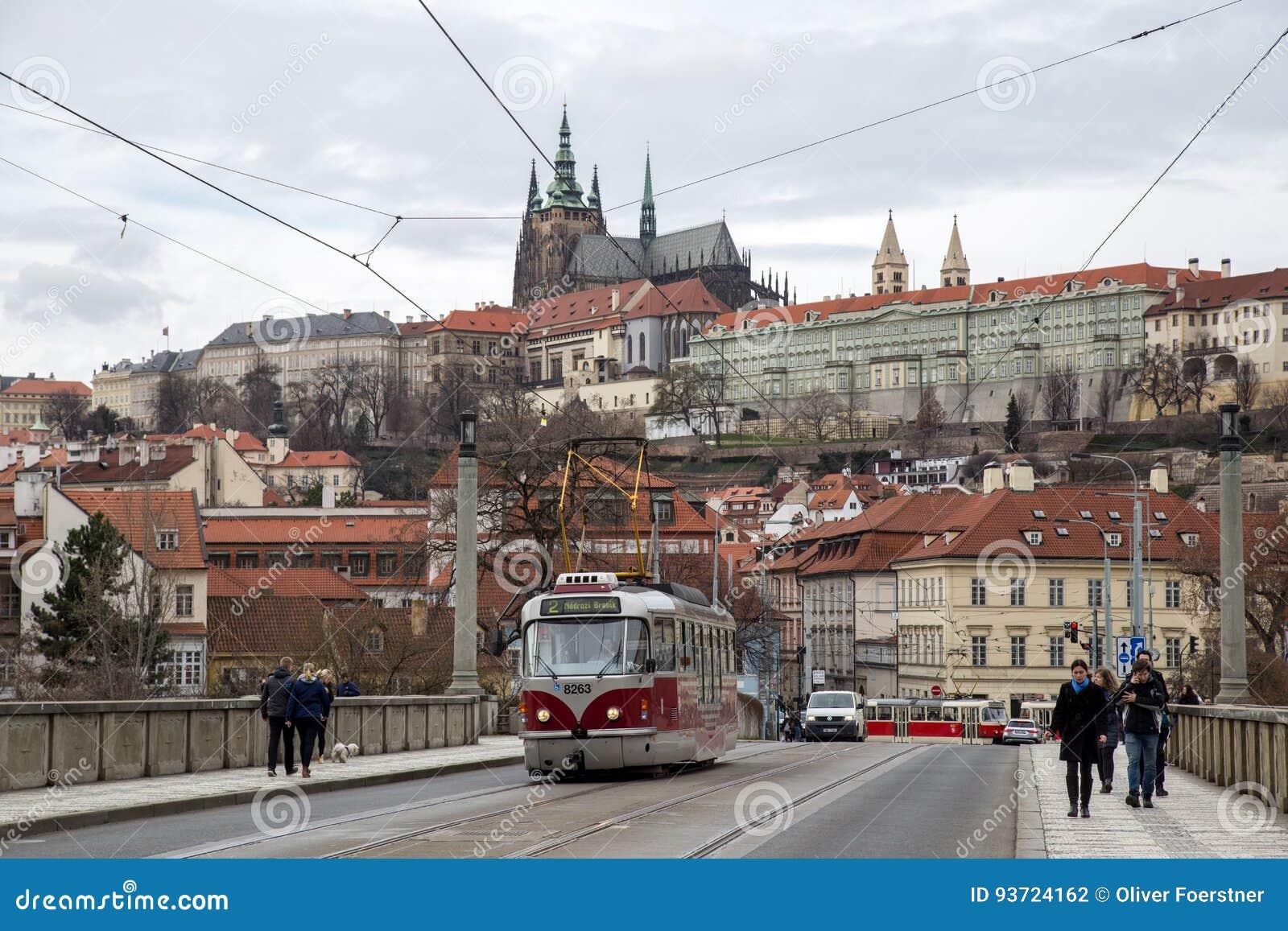 Tranvía y castillo de Praga