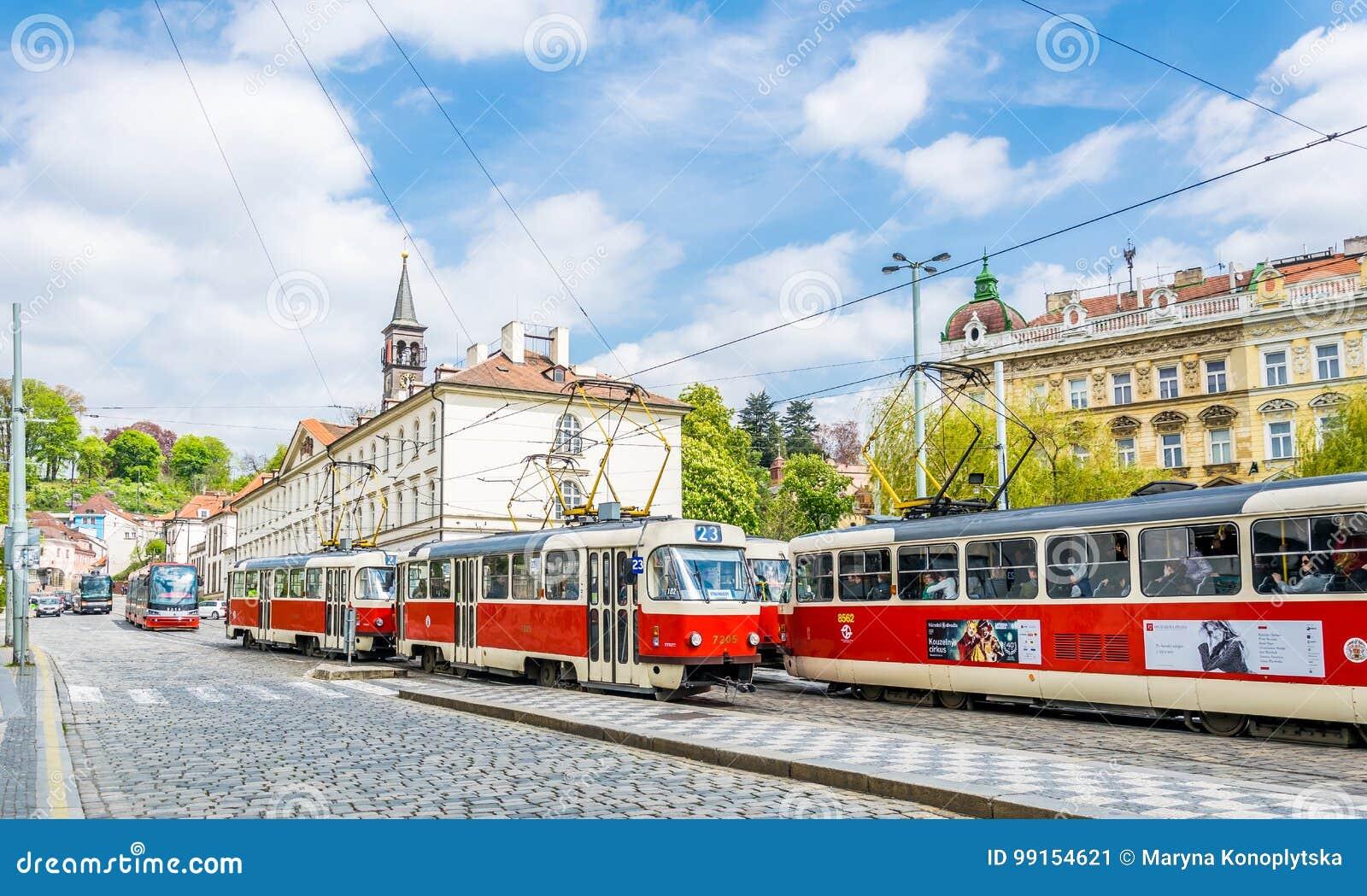 Tranvías rojas en las calles antiguas de Praga Vida de ciudad en Europa