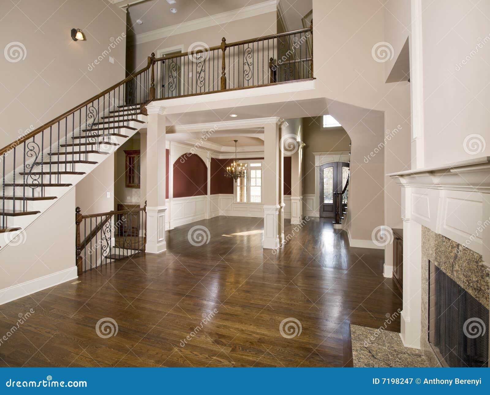 Trap aan de brede mening van de woonkamer van de luxe stock