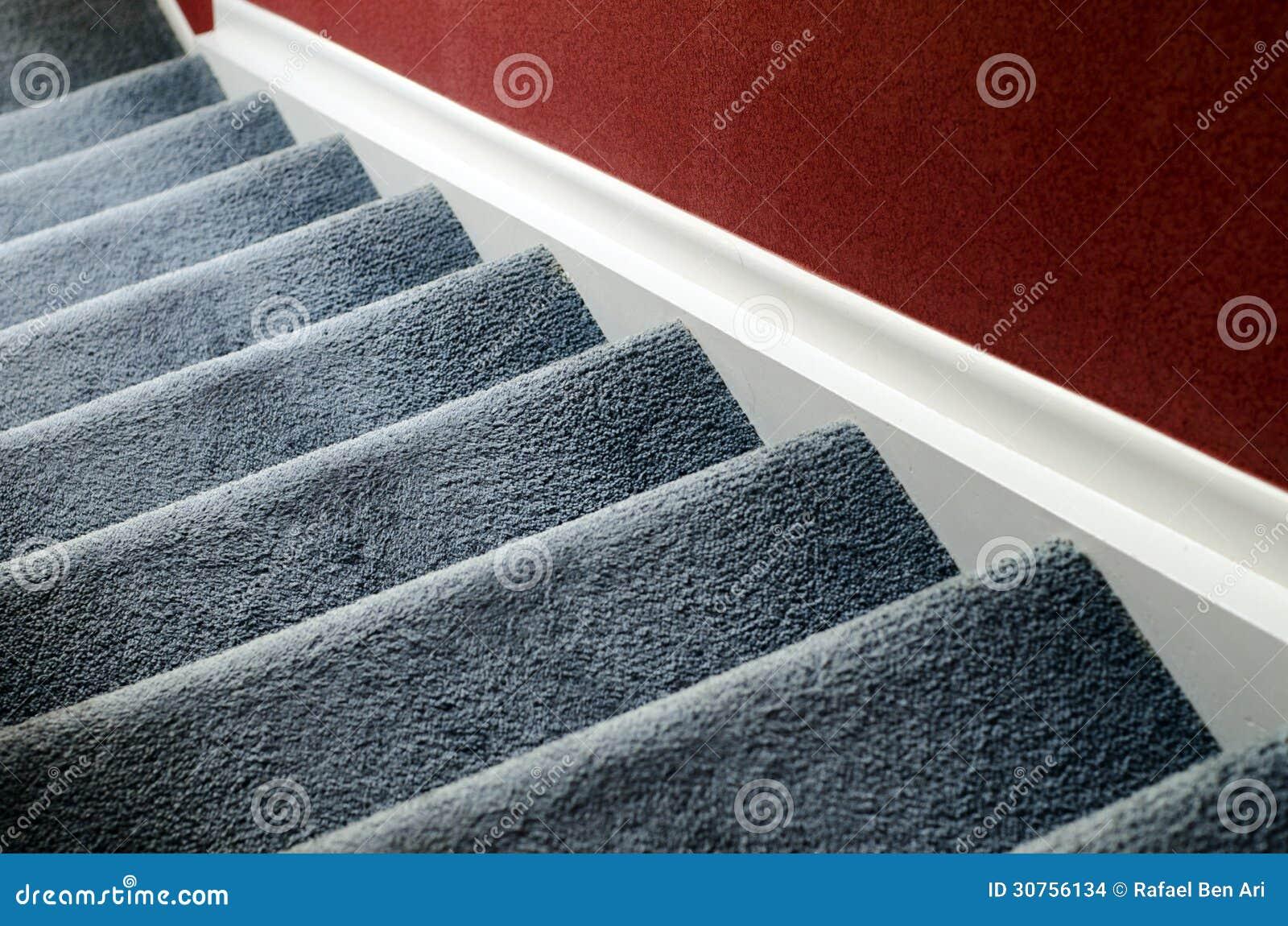 Trap met tapijt stock foto. afbeelding bestaande uit woon 30756134