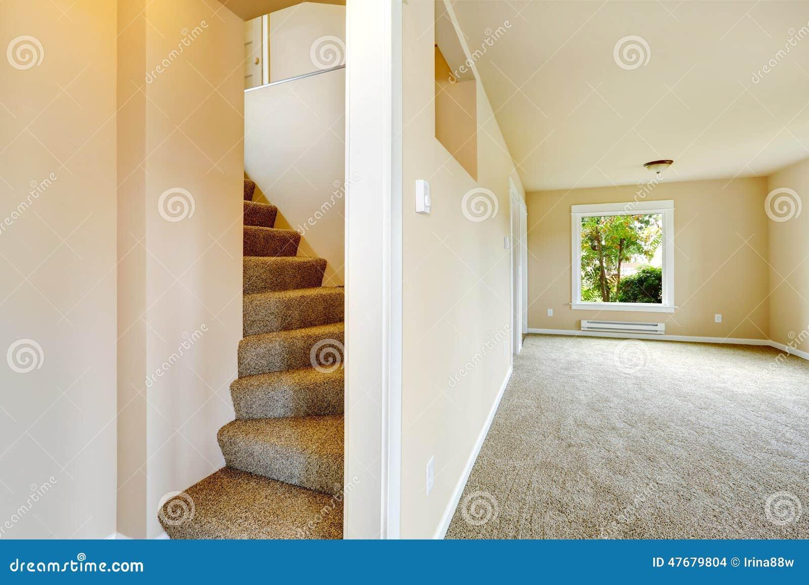 Trap met tapijtstappen in leeg huis stock foto afbeelding