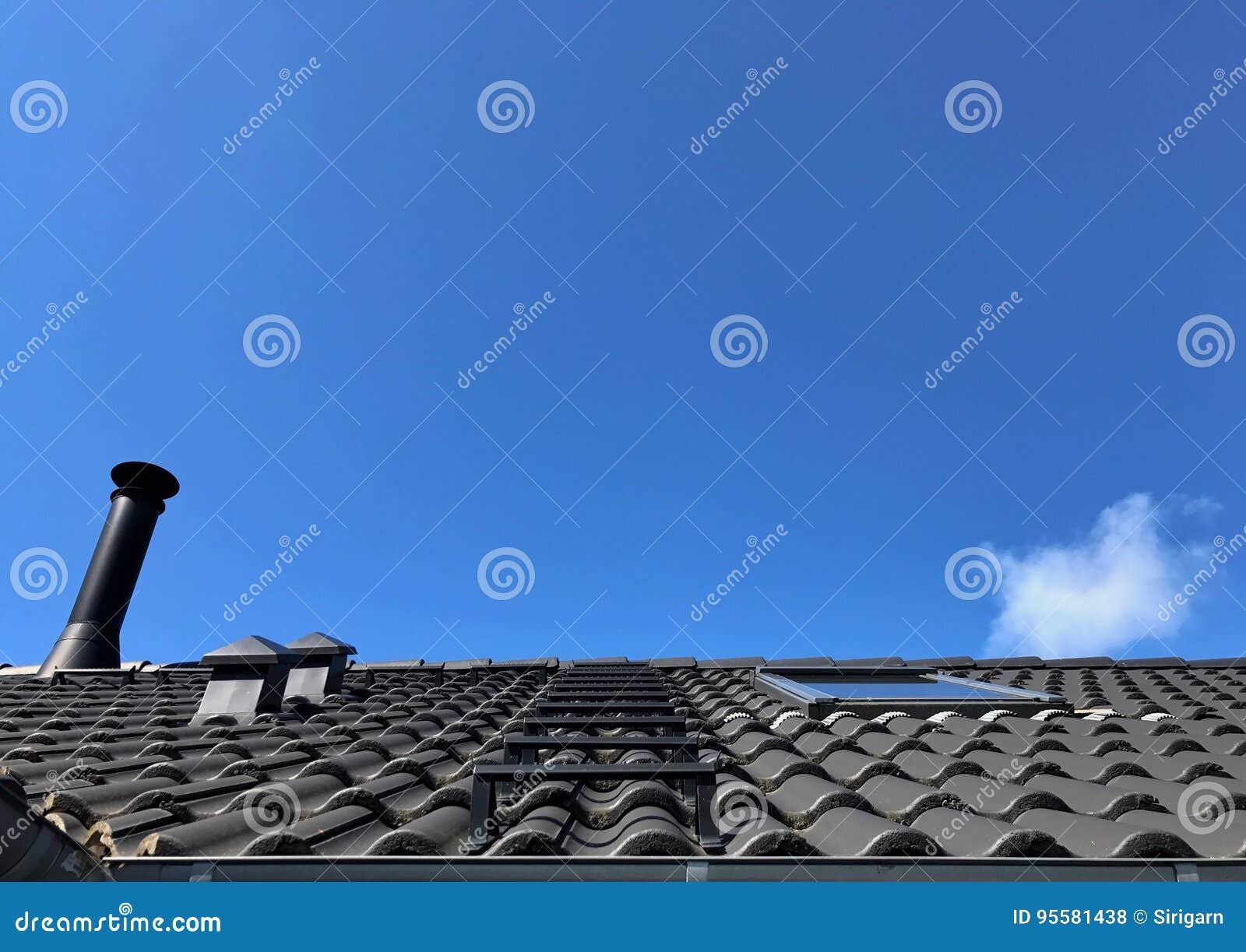 Trap op grijs dak en schoorsteen stock foto afbeelding bestaande