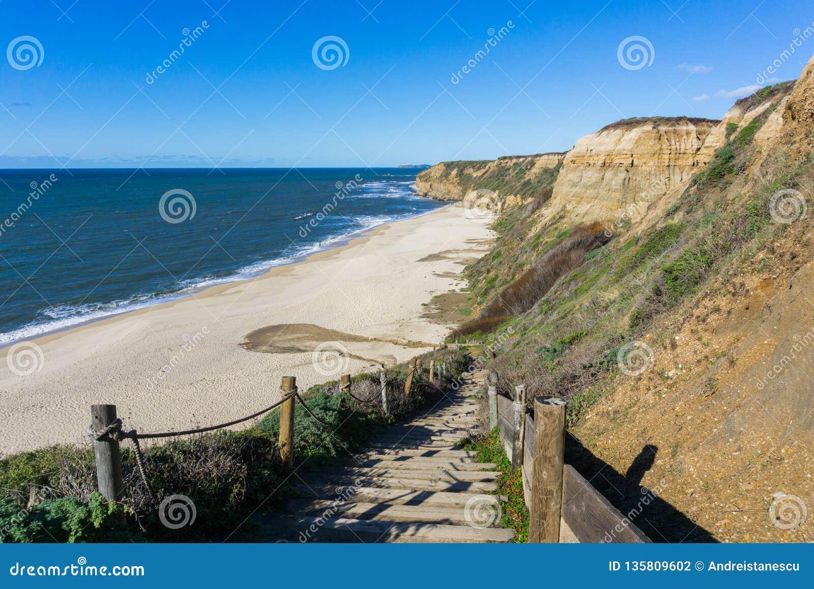 Trappa som ner går till en tom strand, Half Moon Bay, Kalifornien