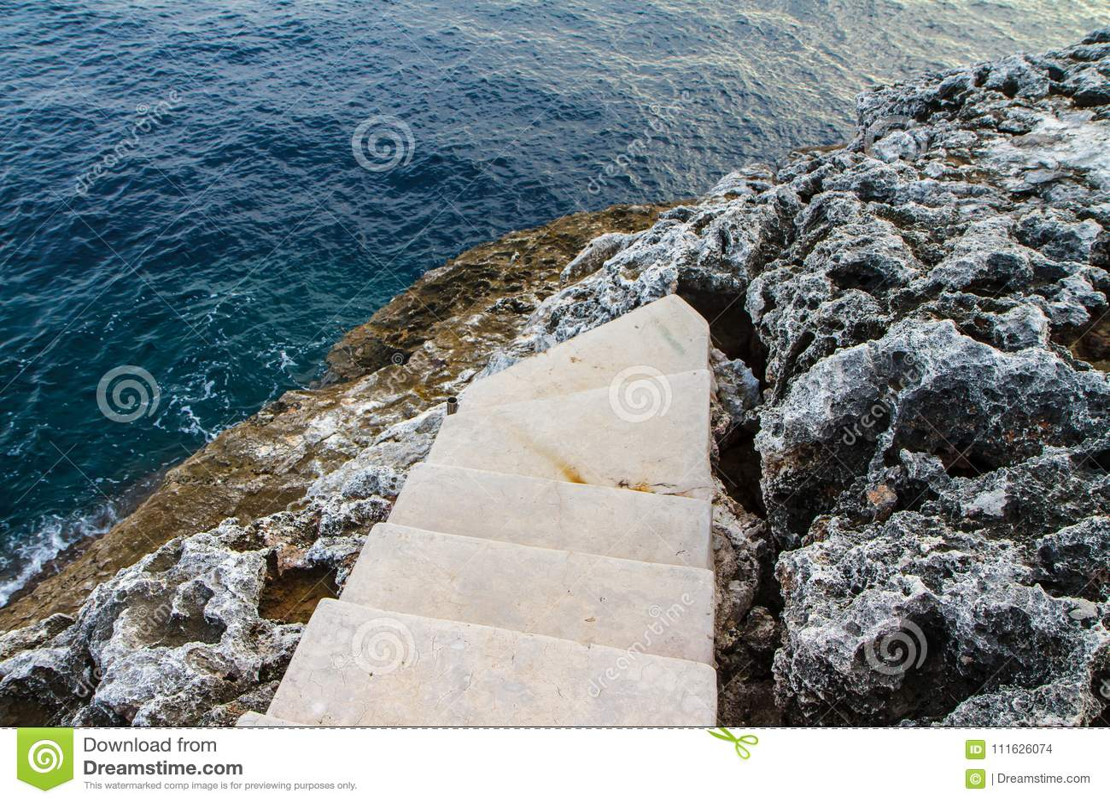 Trappa till den medelhavs- steniga kustsidosikten Mallorca Spanien
