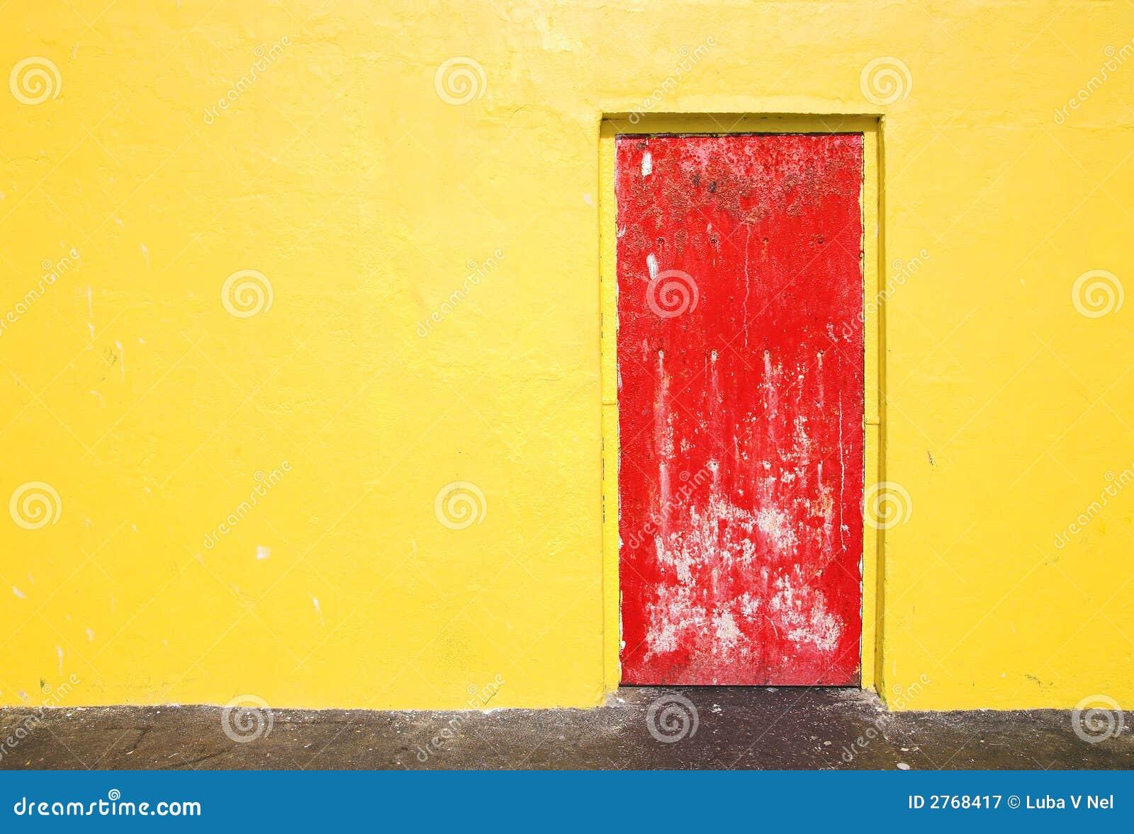 trappe rouge sur le mur jaune image stock image du peint grunge 2768417. Black Bedroom Furniture Sets. Home Design Ideas