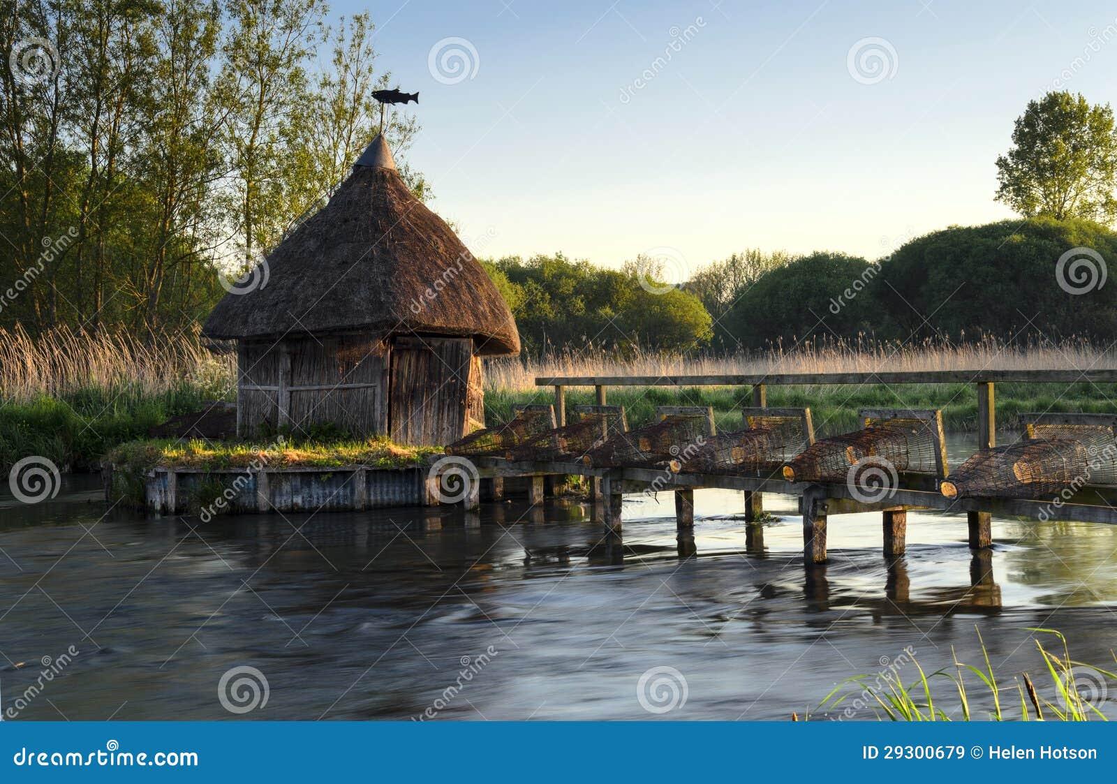 Trappes de la hutte et de l anguille du pêcheur couvert de chaume