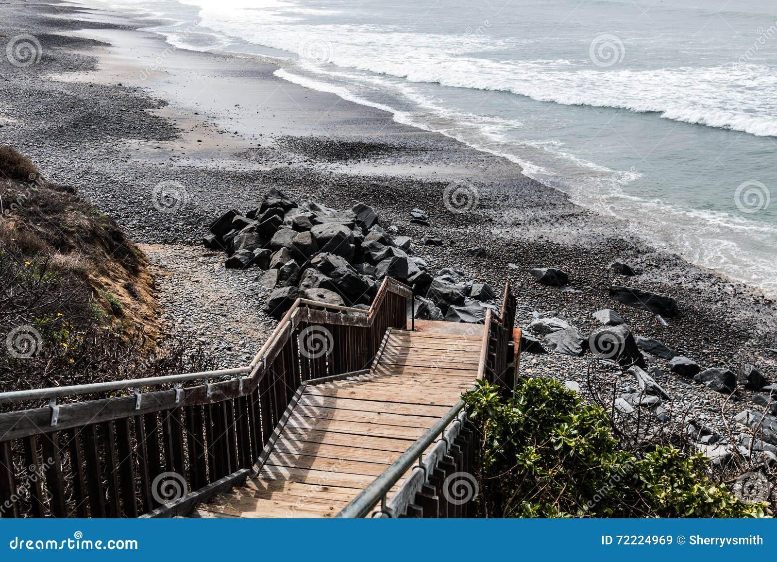 Trappuppgång som leder till den södra Carlsbad statliga stranden