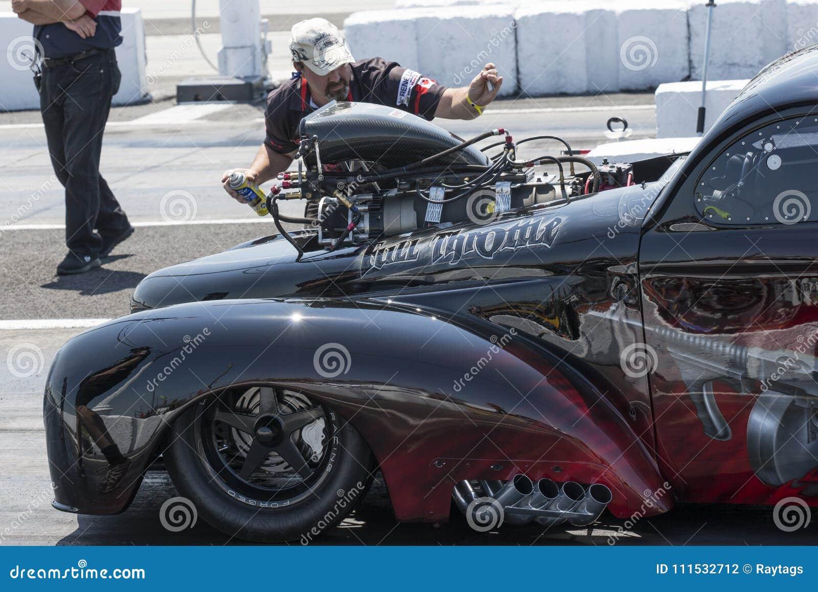Trascini la corsa della squadra che avvia l automobile di resistenza sulla pista