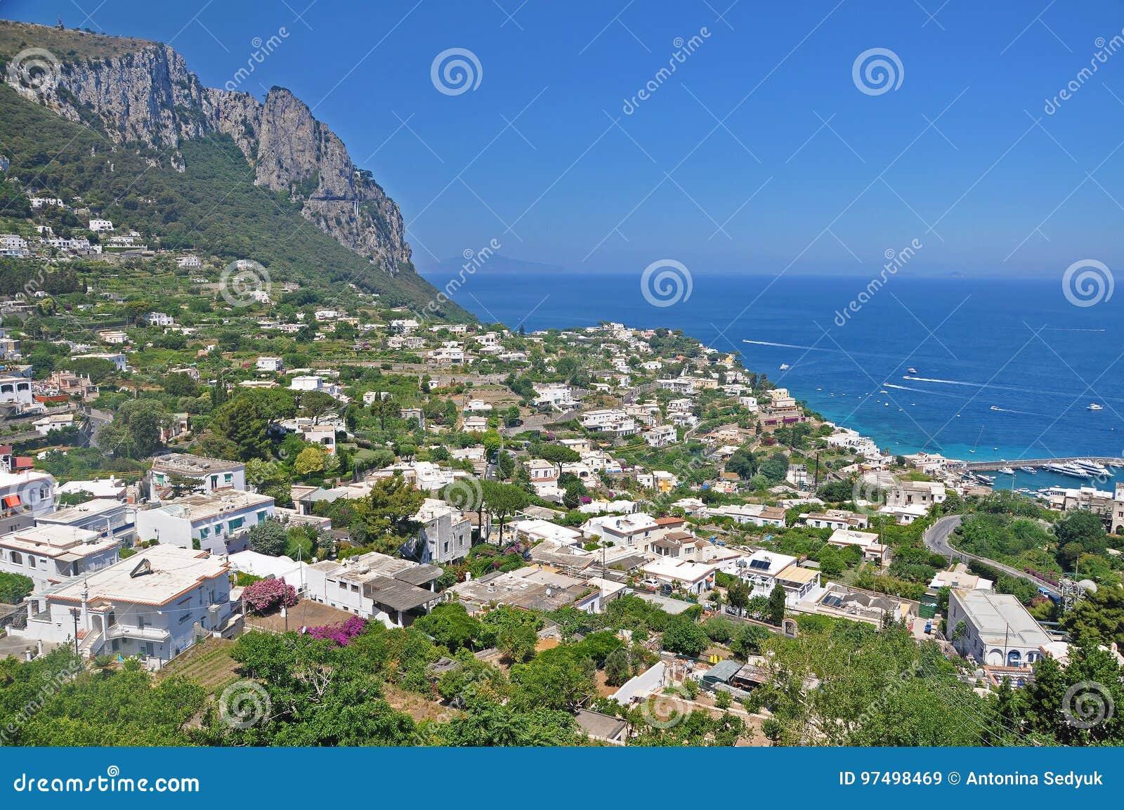 Trascuratezza la città di Capri e del porticciolo sul isla italiano