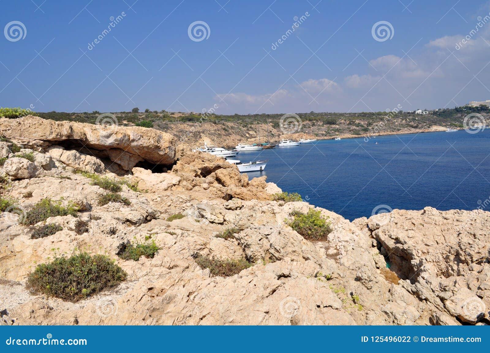 Trasparente Blu Mare Del Turchese Contro Lo Sfondo Delle Montagne