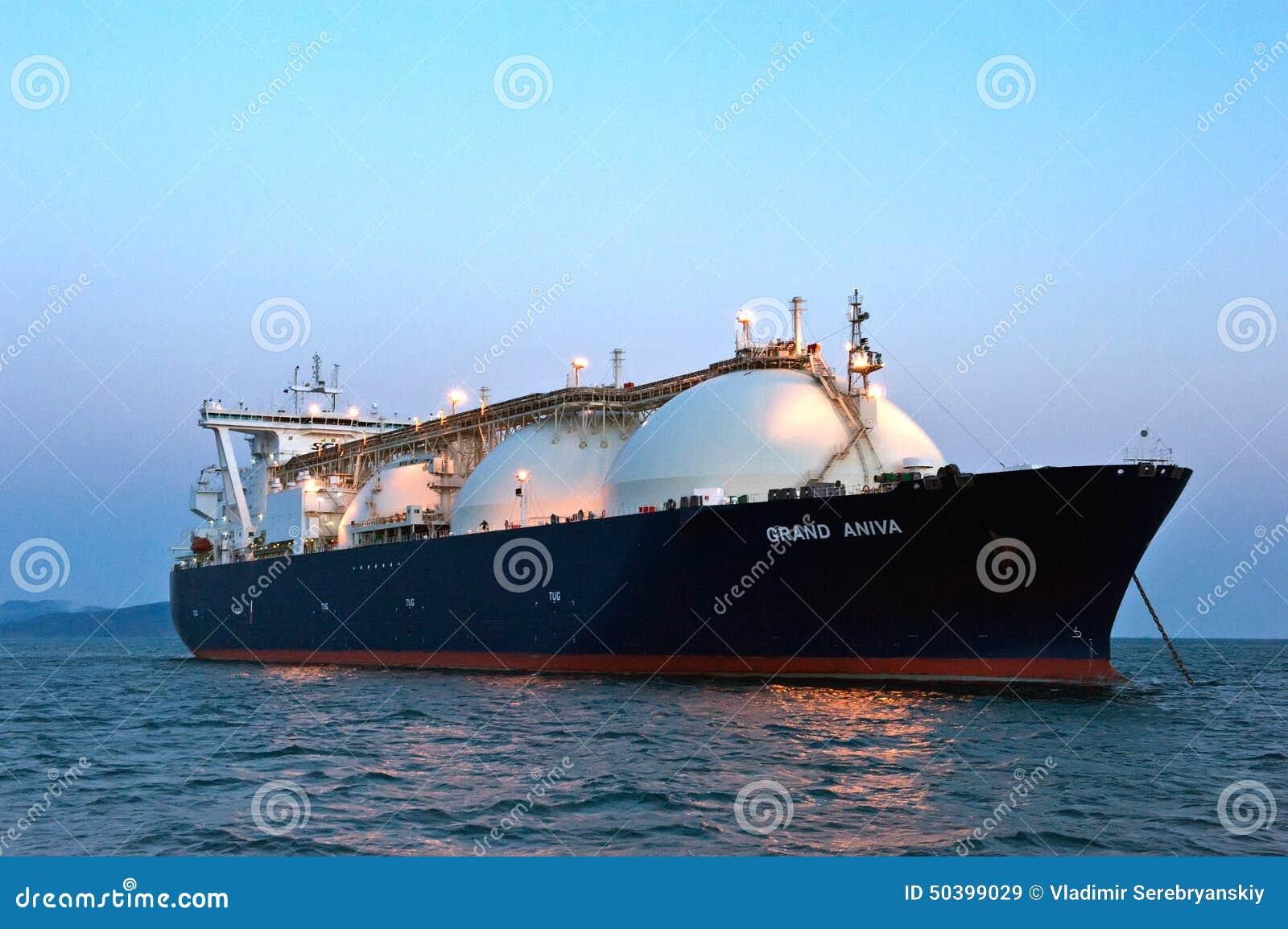 Trasportatore di LNG grande Aniva al tramonto sulle strade del porto di Nachodka L Estremo Oriente della Russia Mare orientale (d