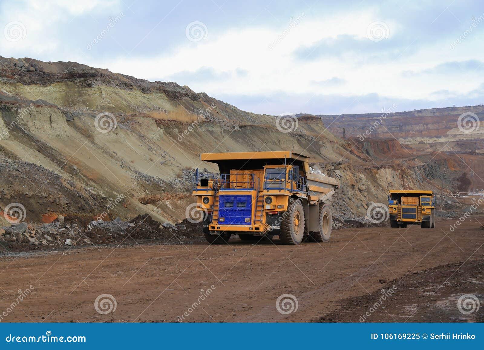 Trasporto del carico in una cava in macchina