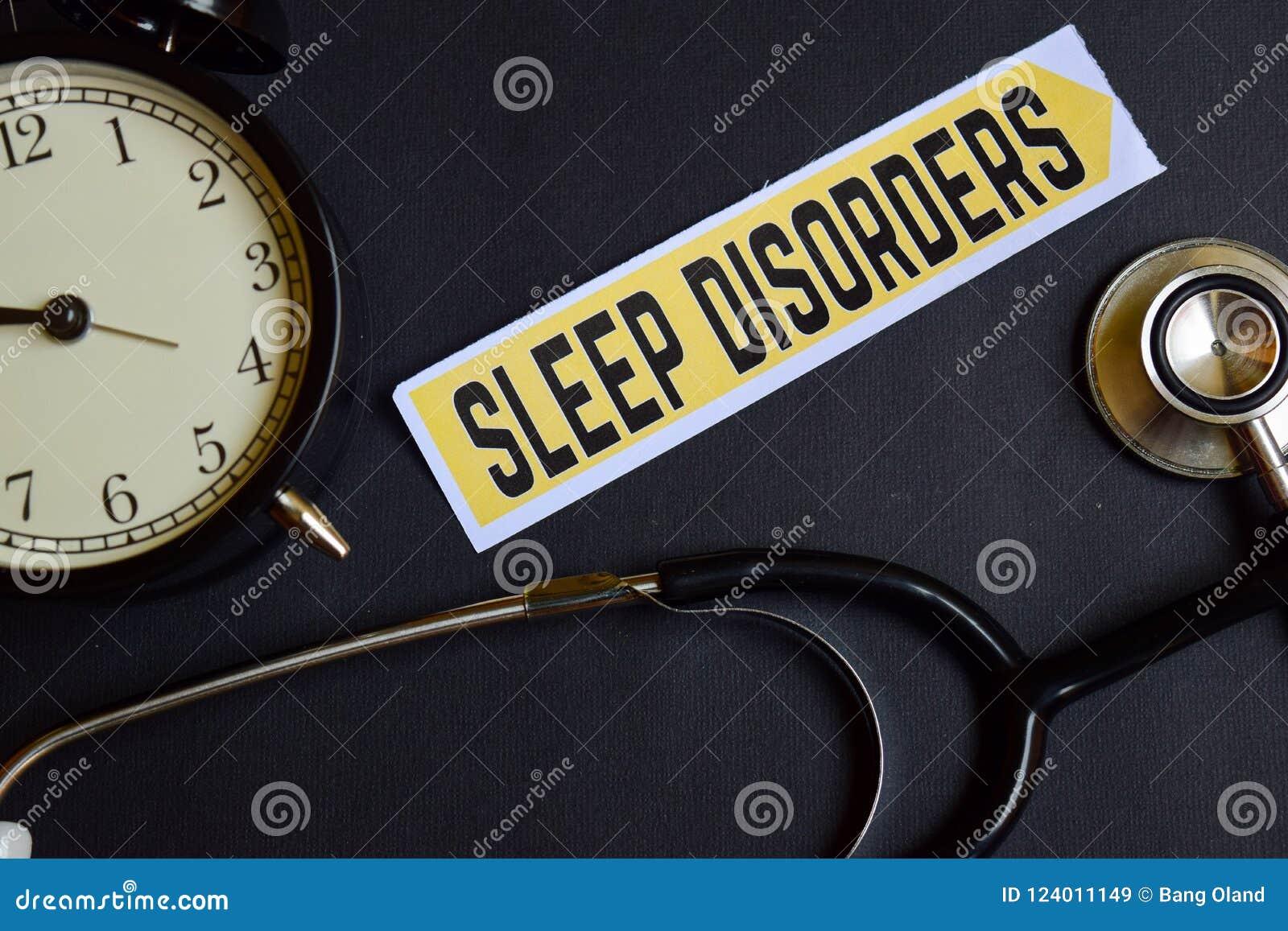Trastornos del sueño en el papel con la inspiración del concepto de la atención sanitaria despertador, estetoscopio negro