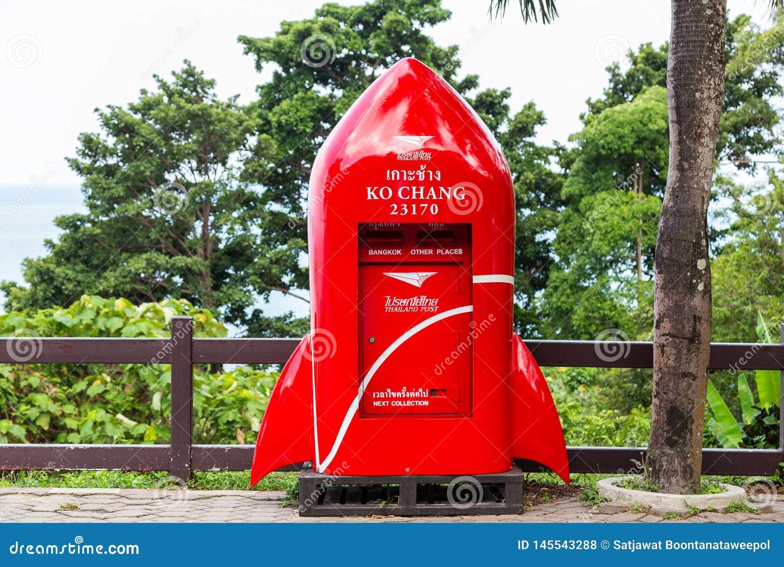 Trat, Tailândia-abril 2,2019: Postbox vermelho bonito, forma moderna do foguete, situada no ponto de vista em Koh Chang