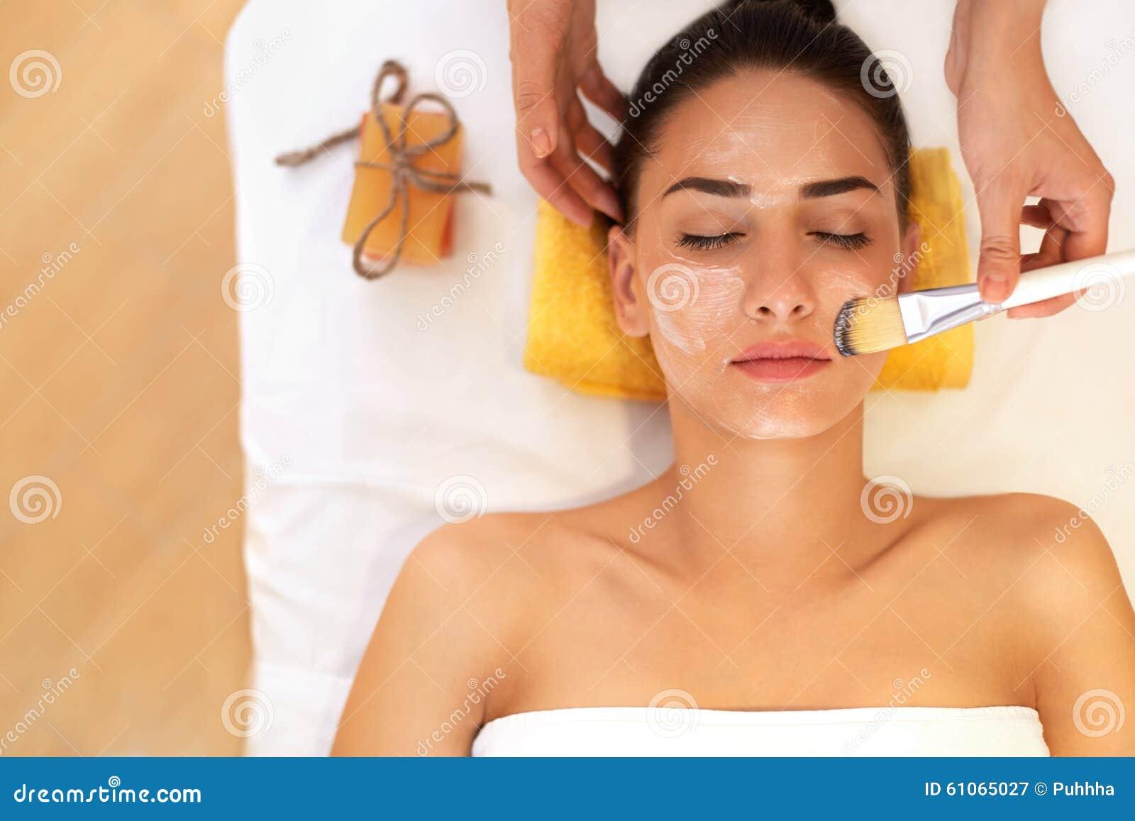 Tratamento da face A mulher no salão de beleza obtém Marine Mask